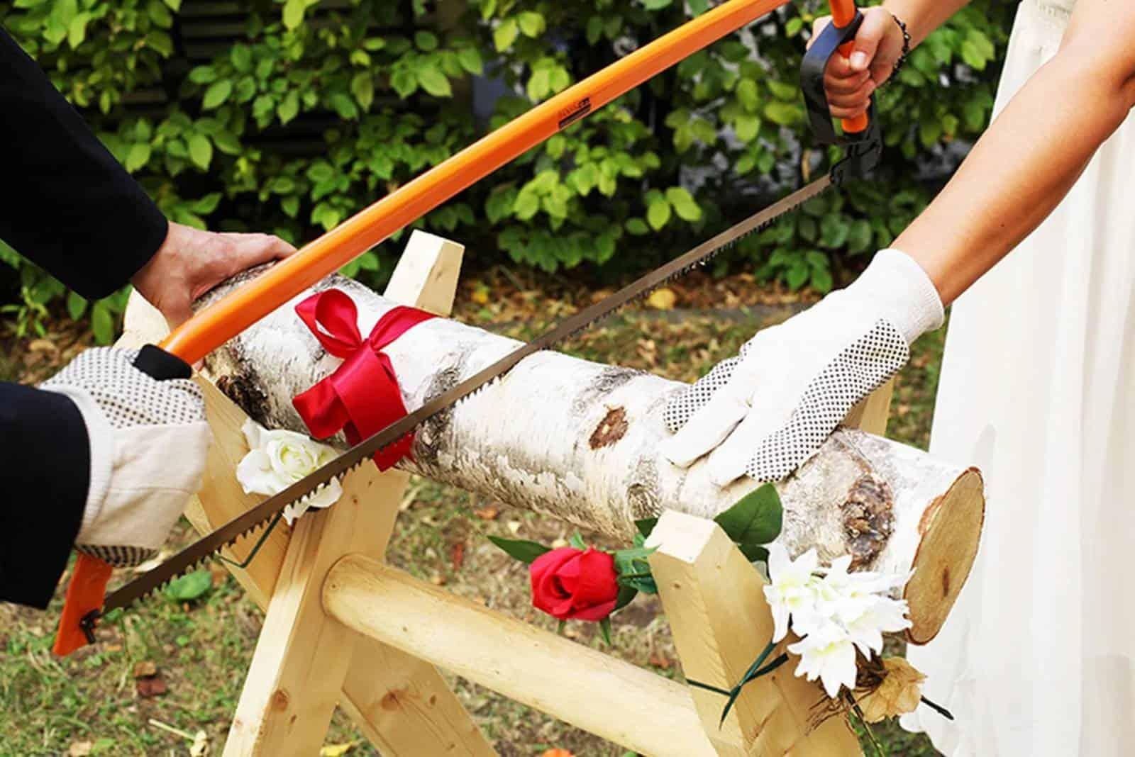 Baumstamm zersägen Spiel bei der Hochzeit