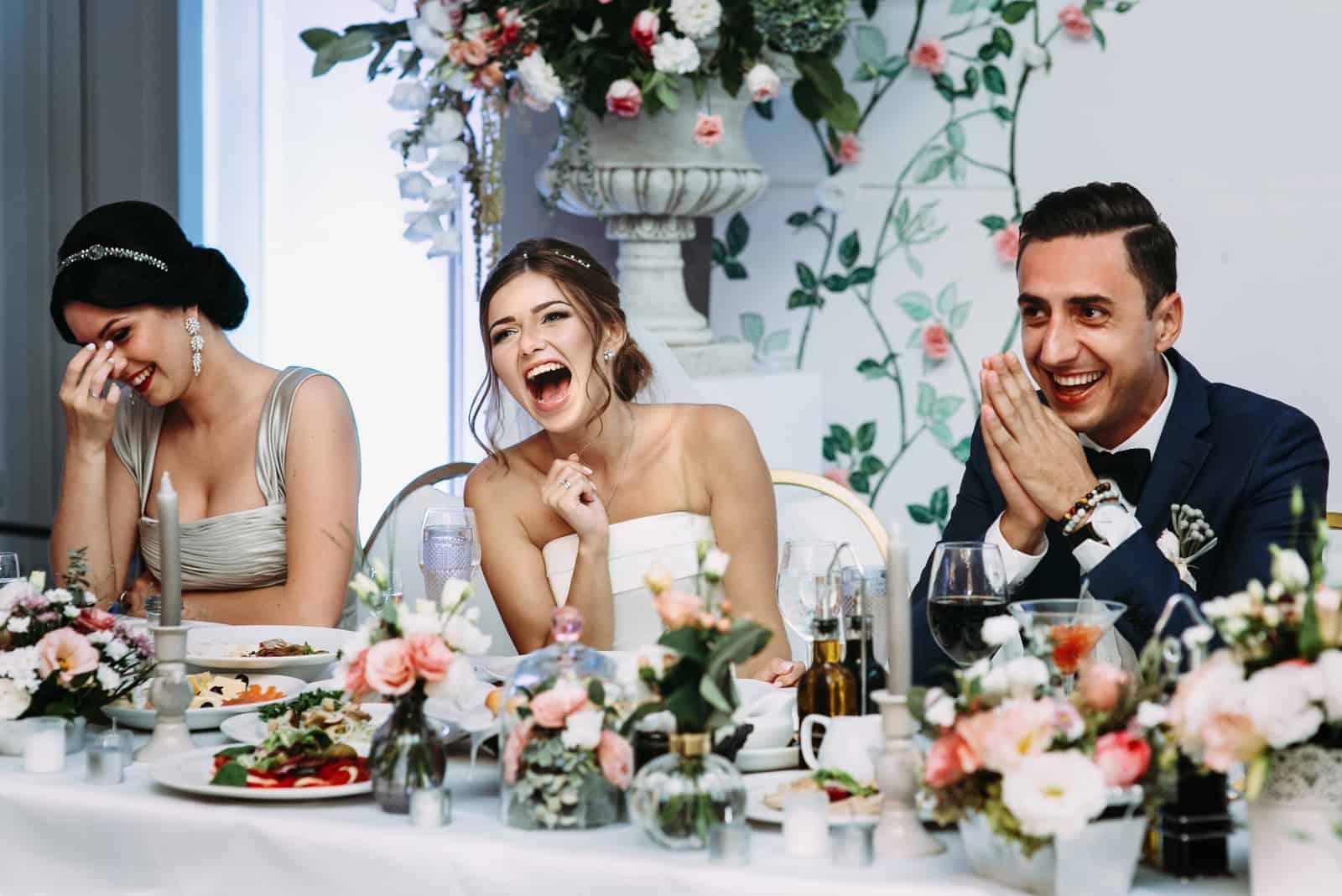 Emotionales schönes Brautpaar, das bei der Hochzeit lächelt