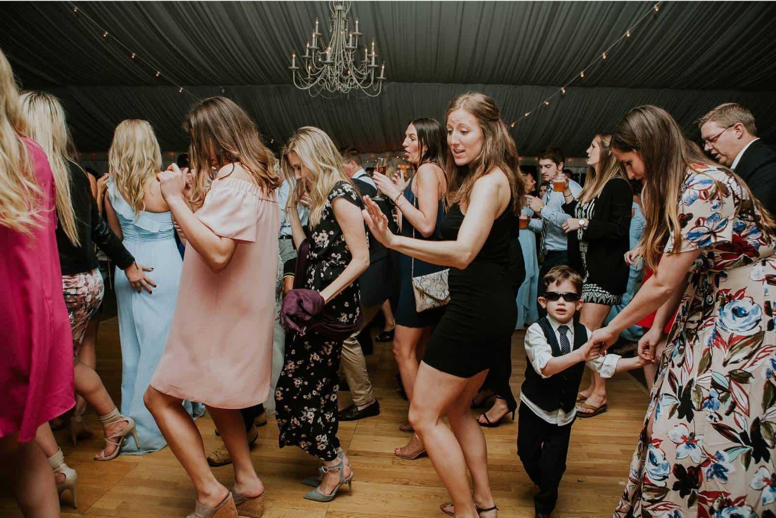 Gäste tanzen bei der Hochzeit