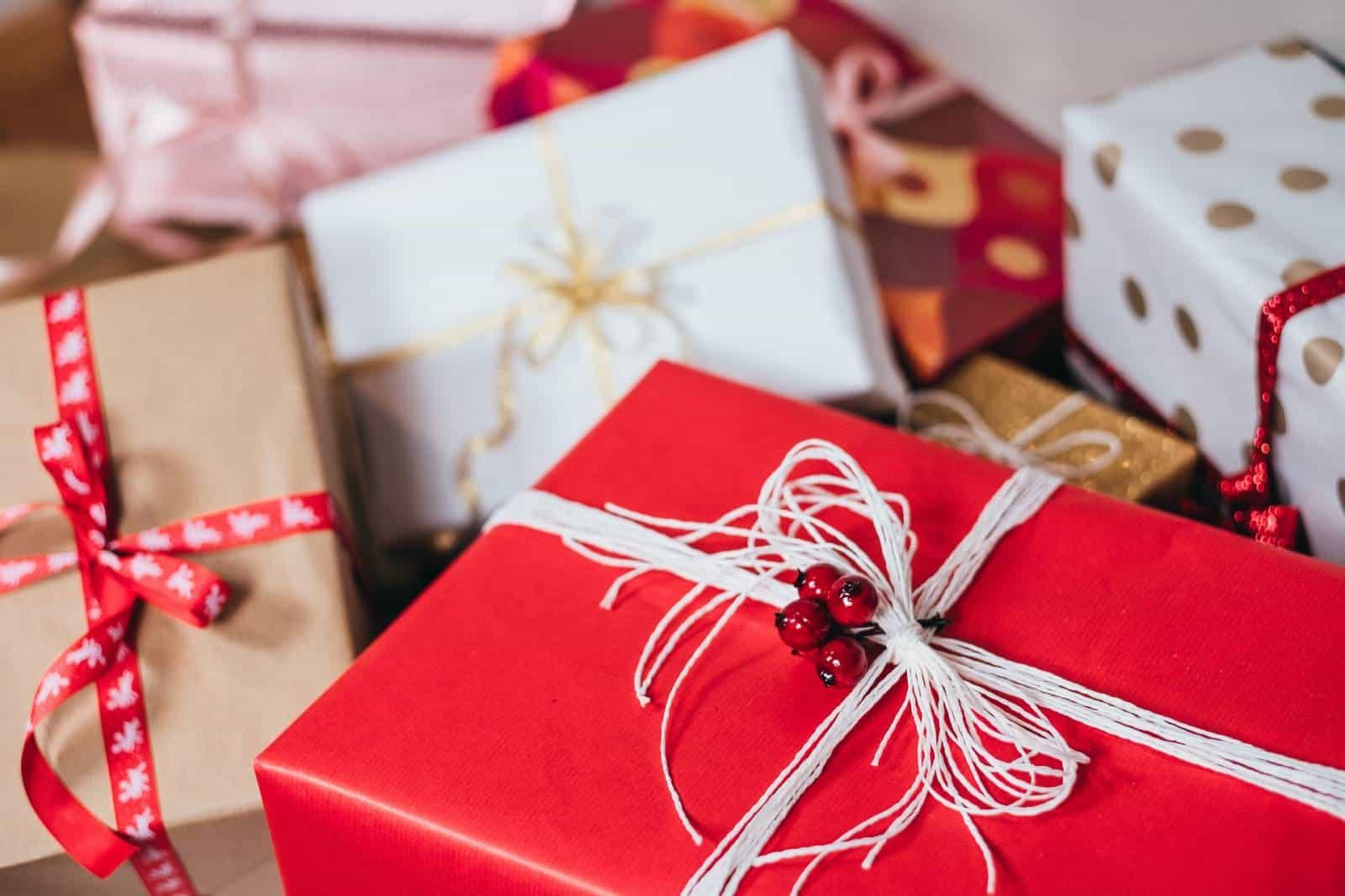 Geschenkboxen am Tisch