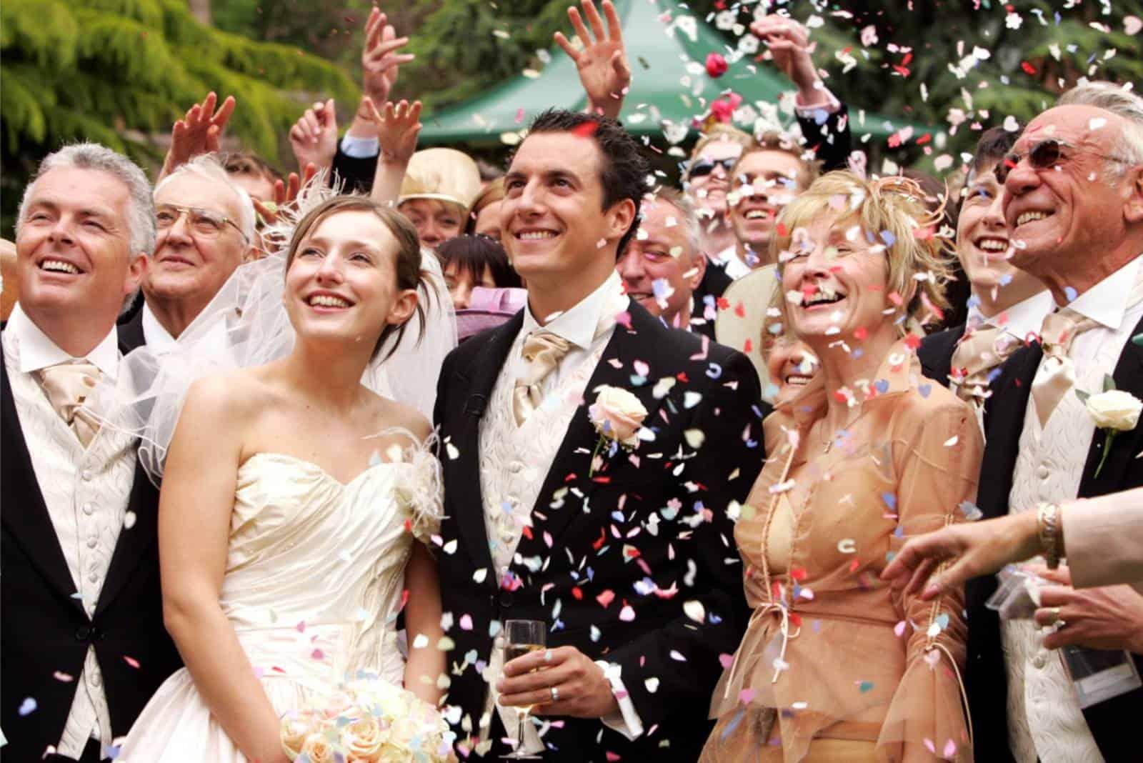 Hochzeit frisch verheiratetes Paar und Gäste