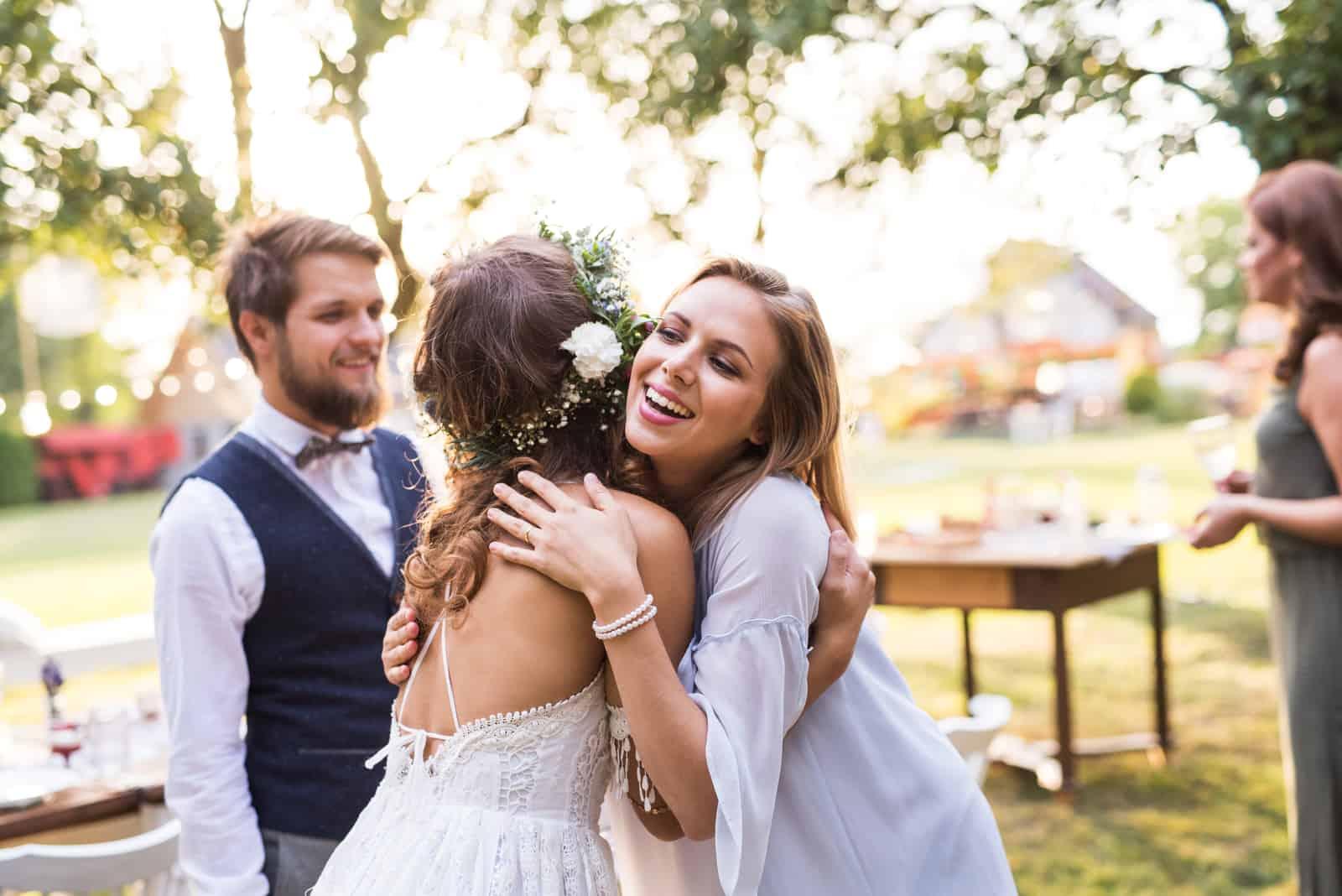 Junges Mädchen gratuliert Braut und Bräutigam zur Hochzeit