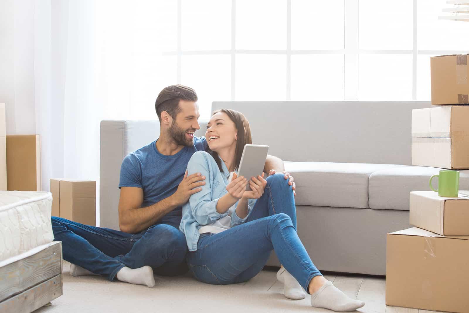Junges Paar, das zusammen in eine neue Wohnung umzieht