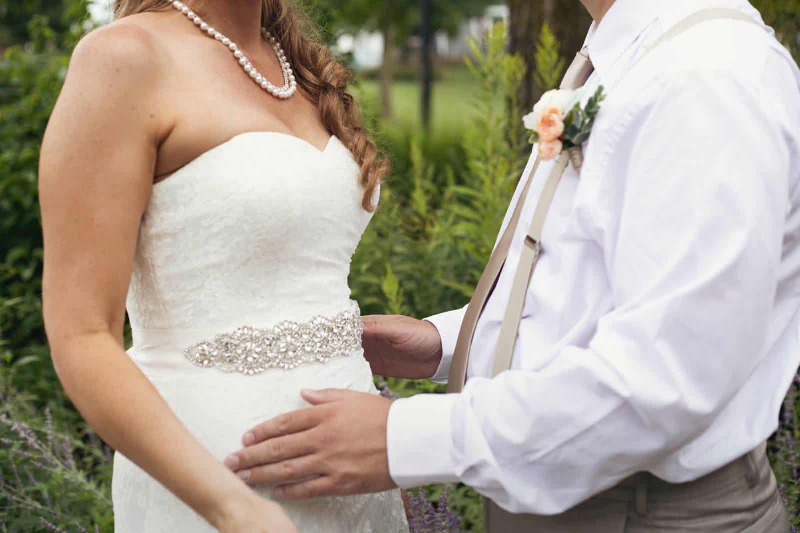 Jungvermählten, die voreinander stehen