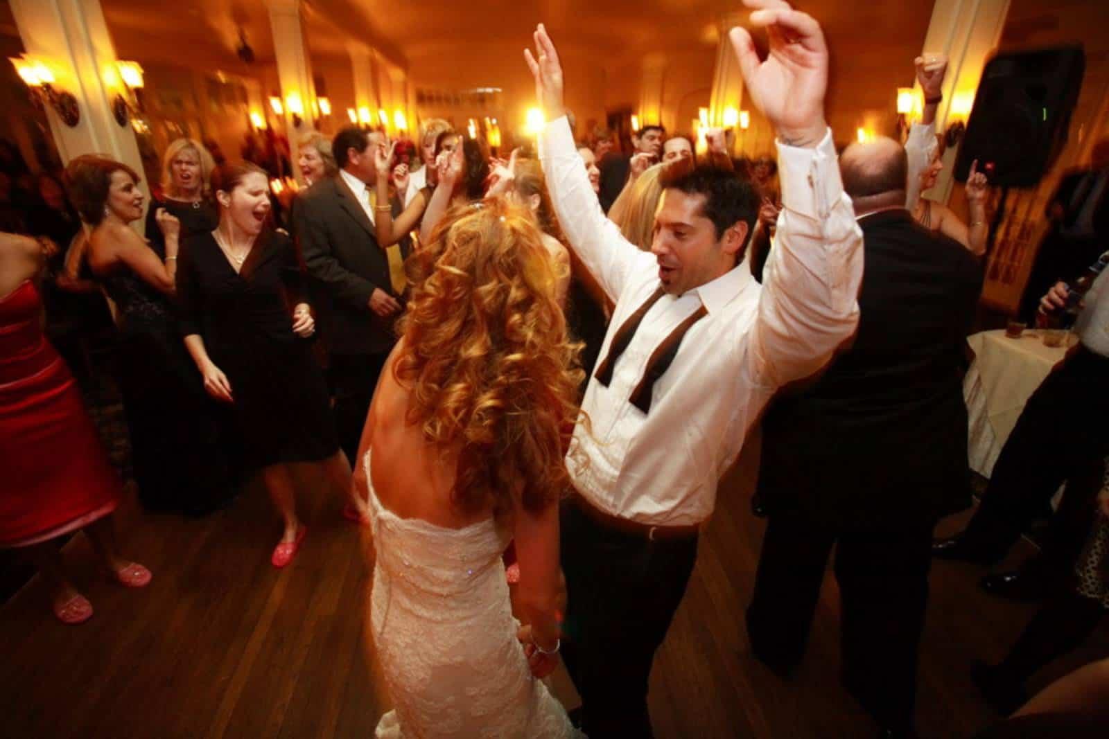 Leute tanzen bei der Hochzeit