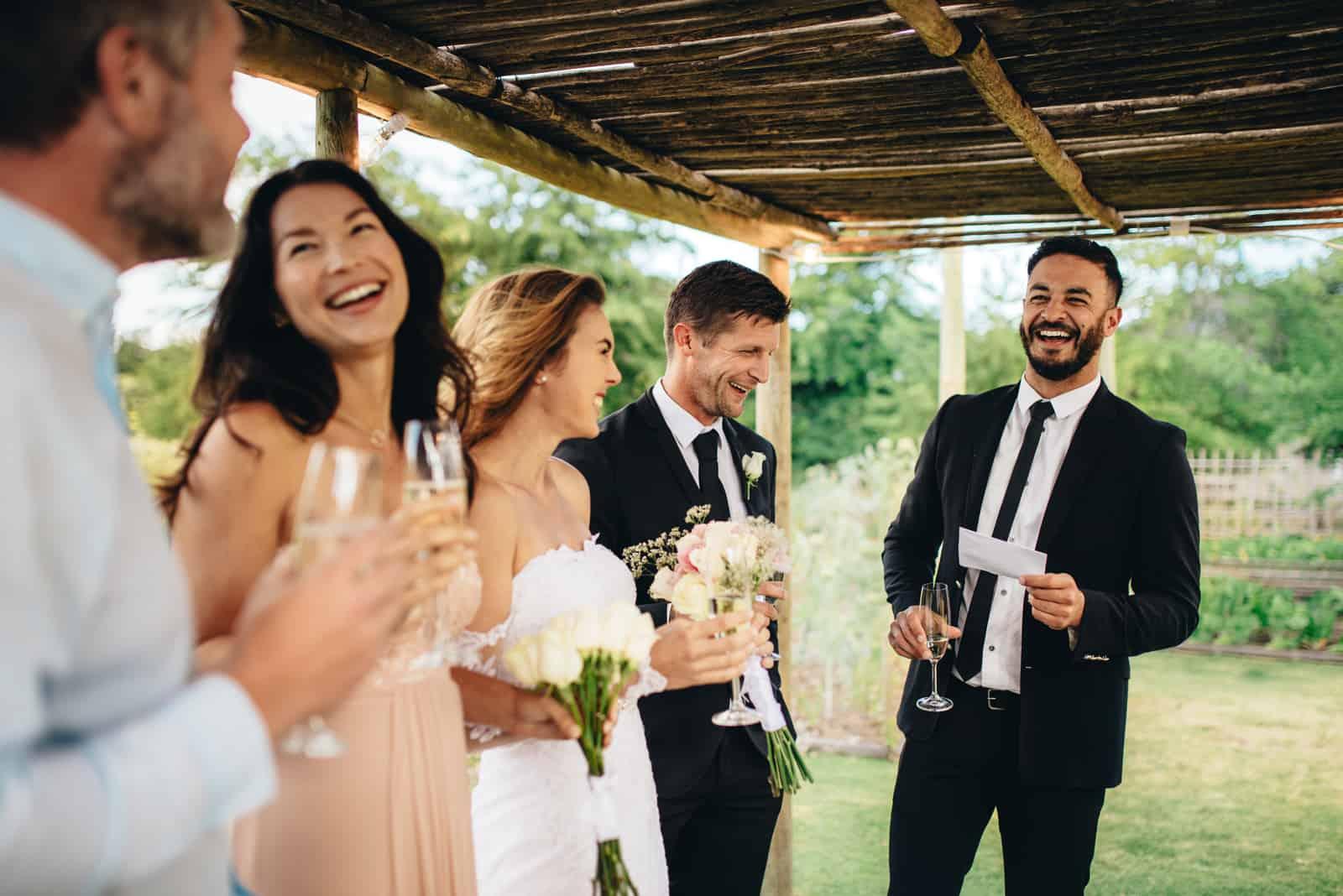 Trauzeuge, die Rede zum frisch verheirateten Paar auf Hochzeitsempfang hält