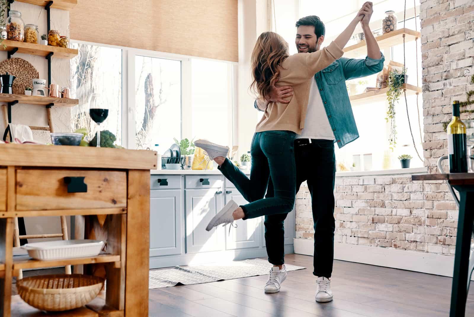 junges Paar in Freizeitkleidung tanzen