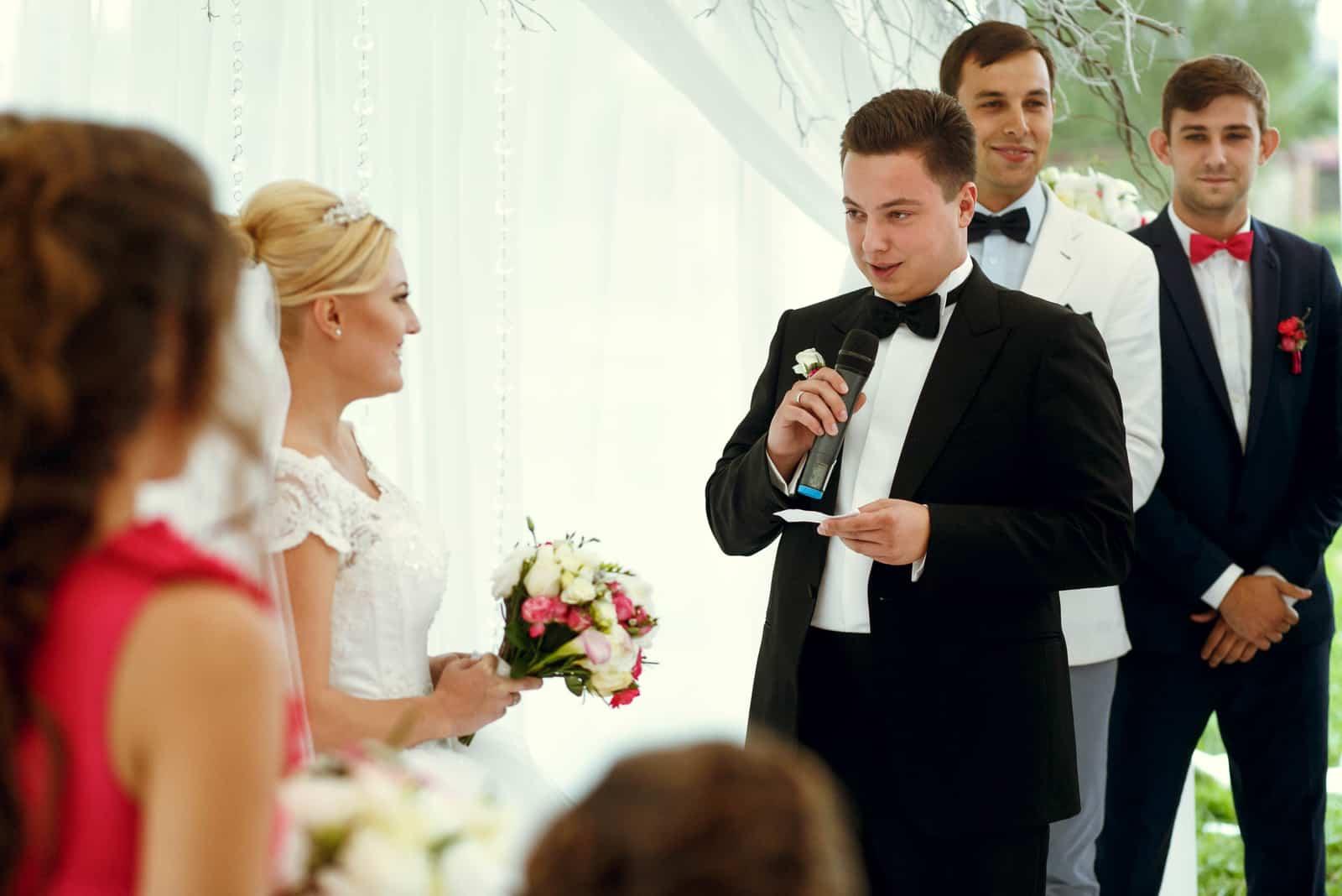 Glückliche Braut und Bräutigam und Gäste auf der Hochzeitszeremonie