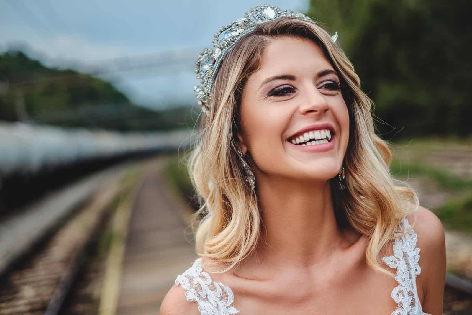 Blonde Braut mit Tiara lächelnd