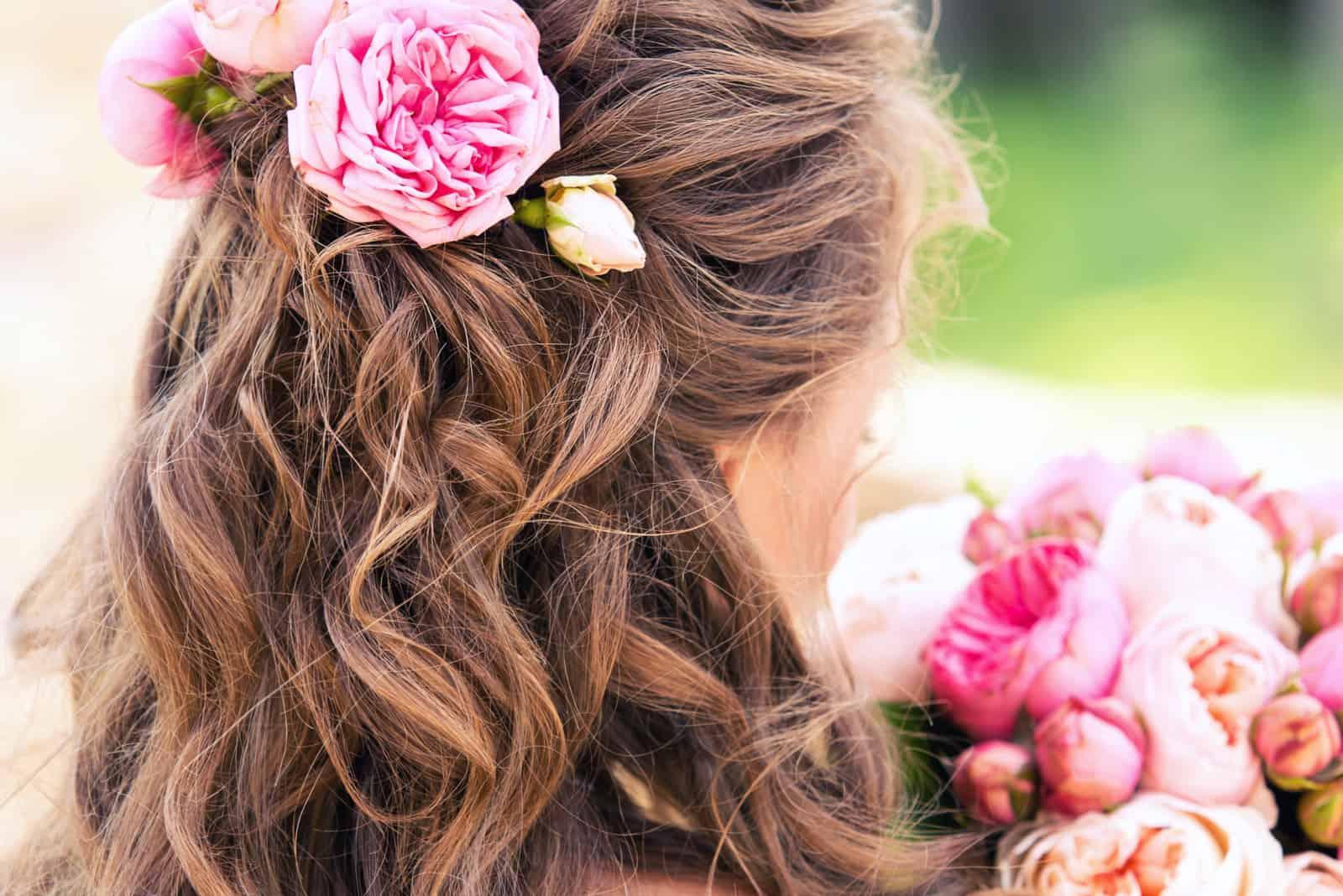 Blumen im Haar der Braut