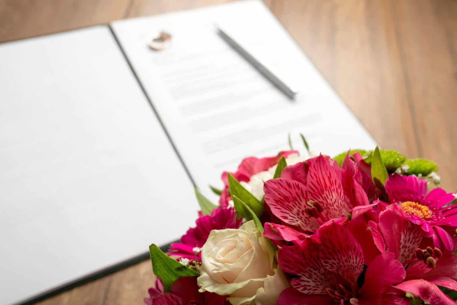 Blumen und der Hochzeitsvertrag