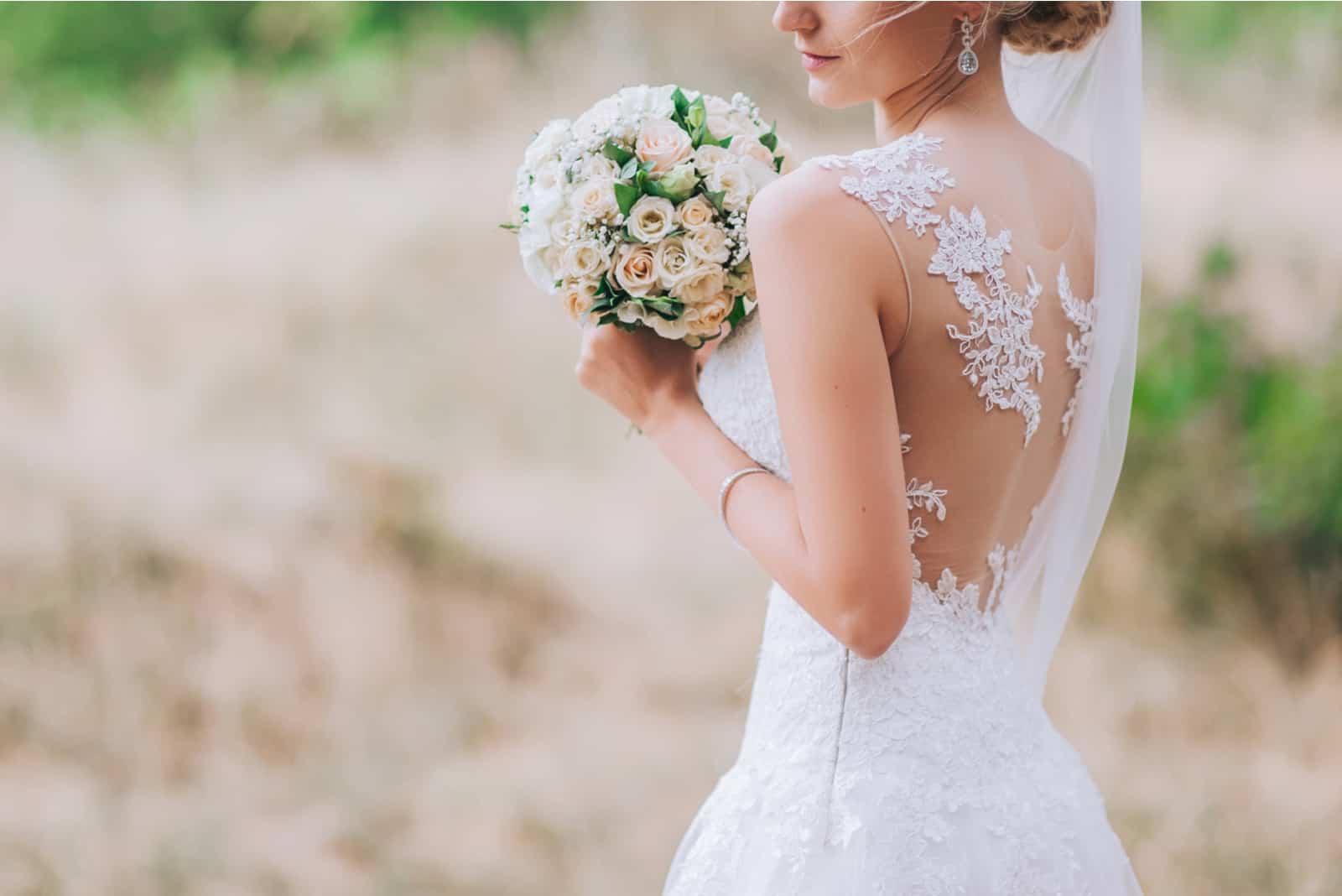 Braut, die Hochzeitsstrauß hält