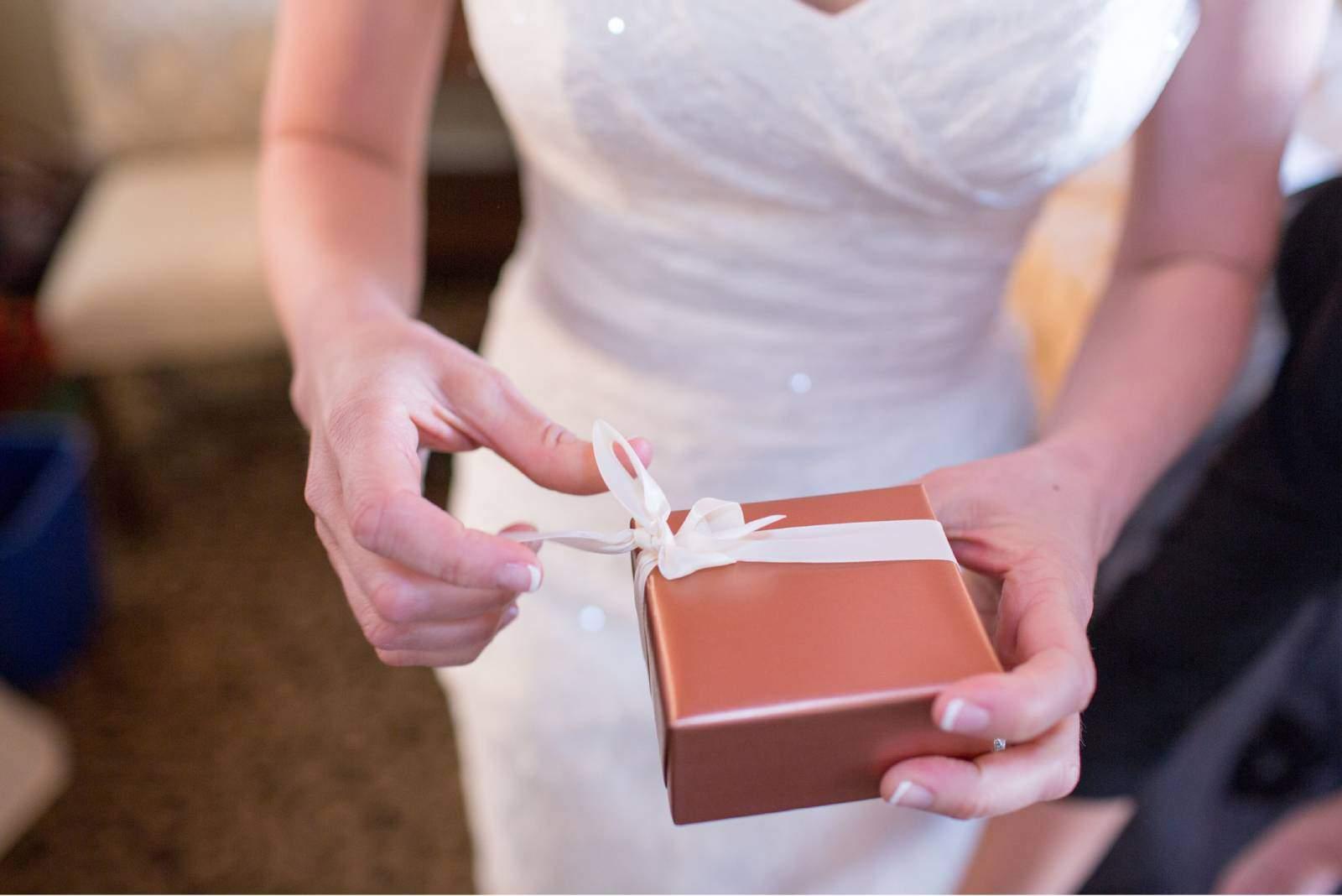 Braut hält ein Geschenk