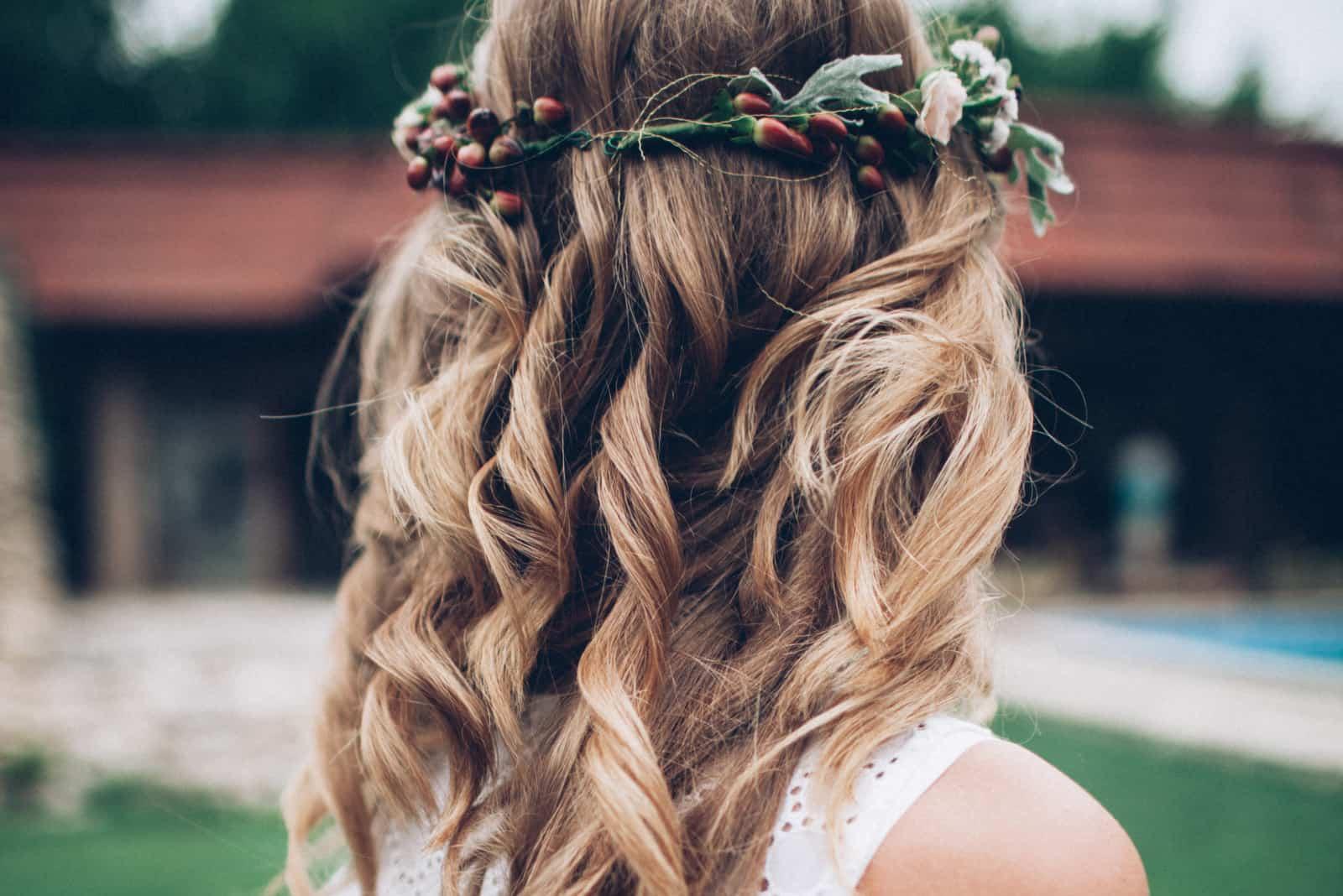 Braut mit schön gekräuselten lockigen Haaren