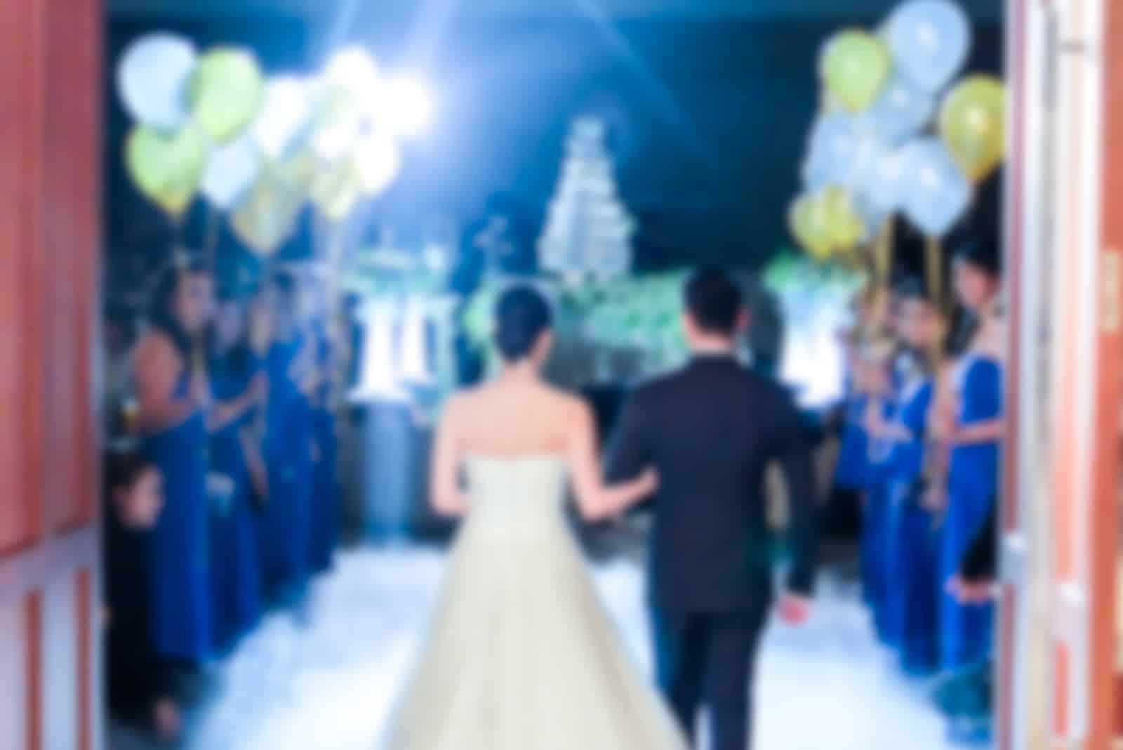 Braut und Bräutigam gehen, um den Raum der Hochzeitszeremonie zu betreten