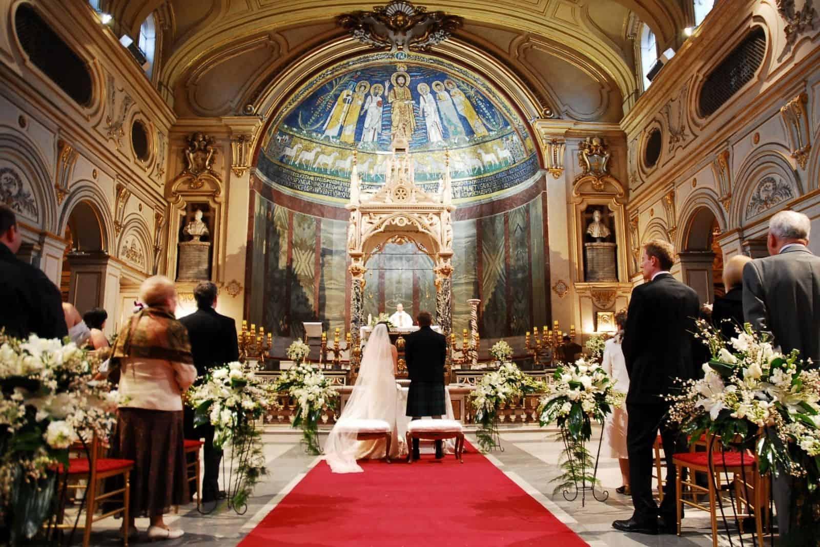 Braut und Bräutigam kirchliche Hochzeit