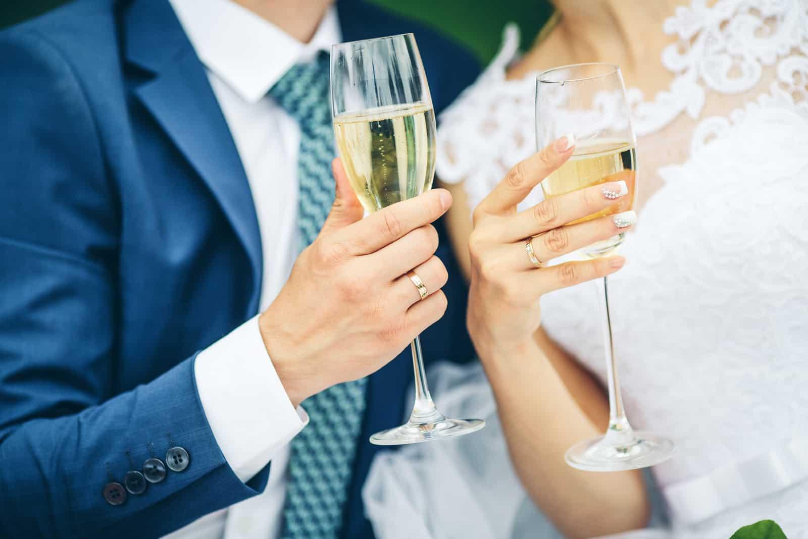 Braut und Bräutigam halten Hochzeit Champagnergläser