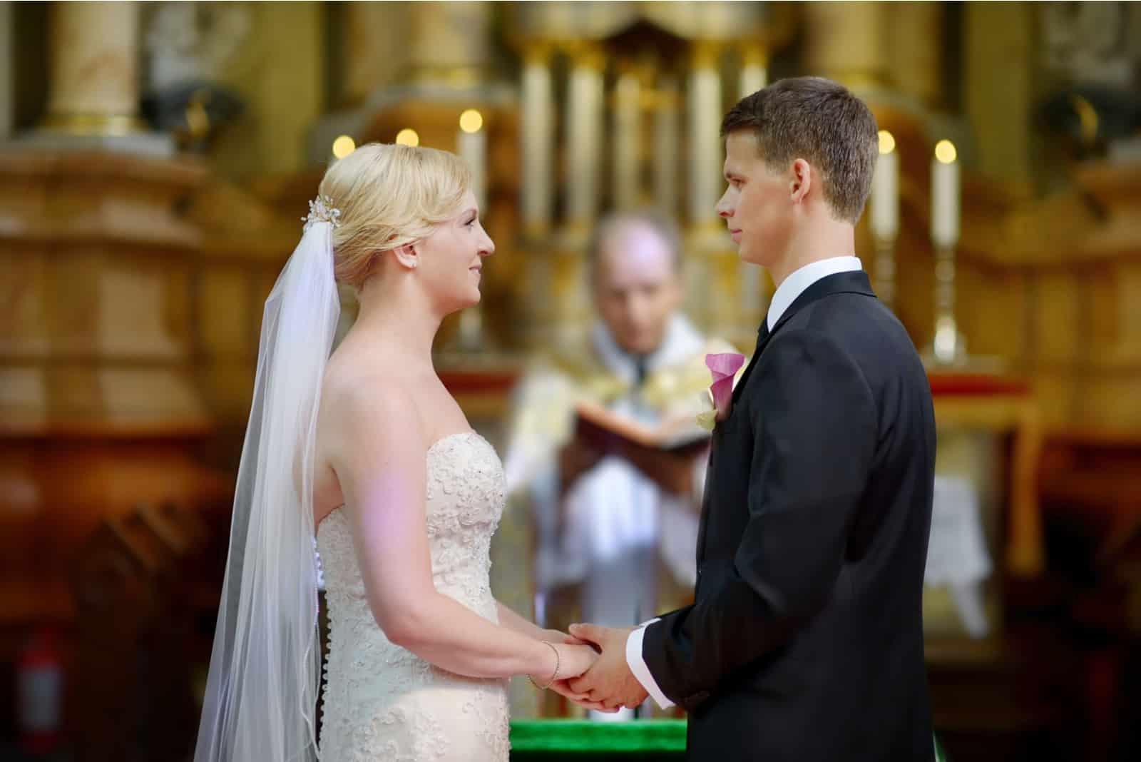 Braut und Bräutigam in der Kirche während einer Hochzeitszeremonie