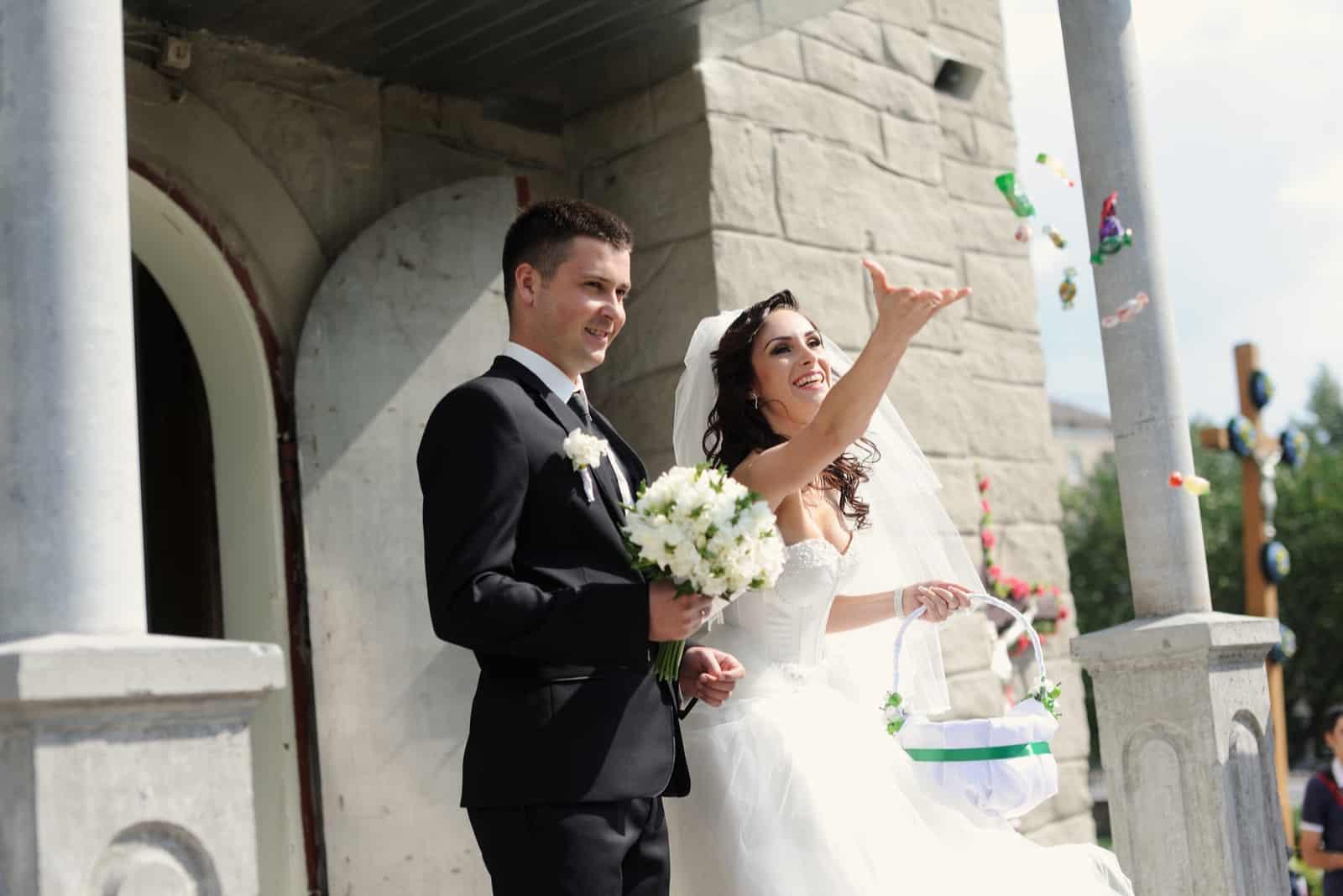 Braut und Bräutigam verlassen die Kirche