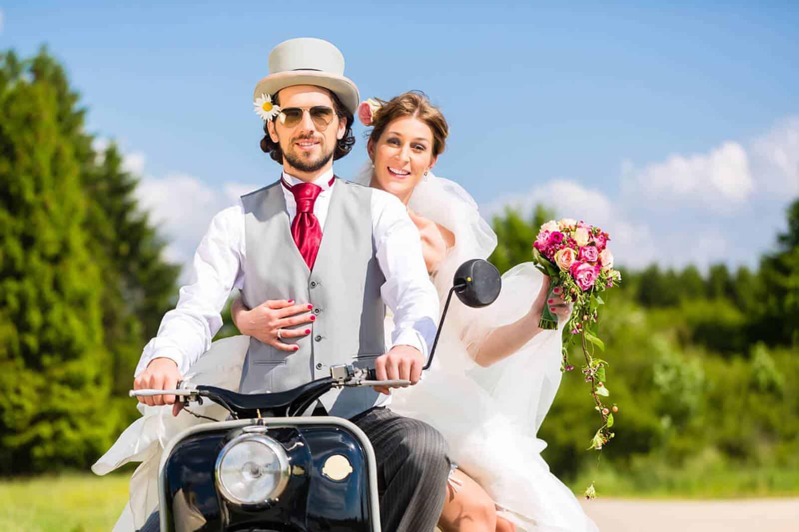Bräutigam und Braut auf dem Motorrad
