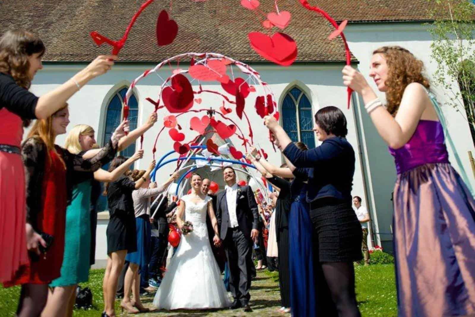 Bräutigam und Braut verlassen die Kirche