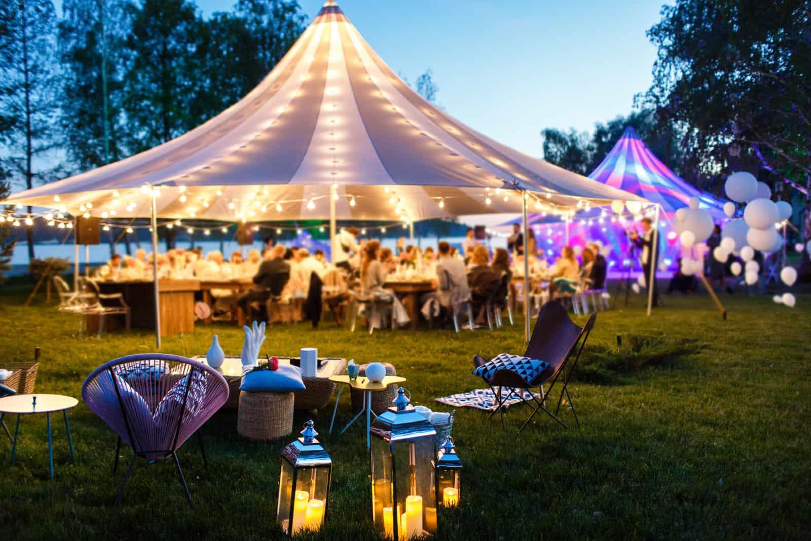 Bunte Hochzeitszelte in der Nacht