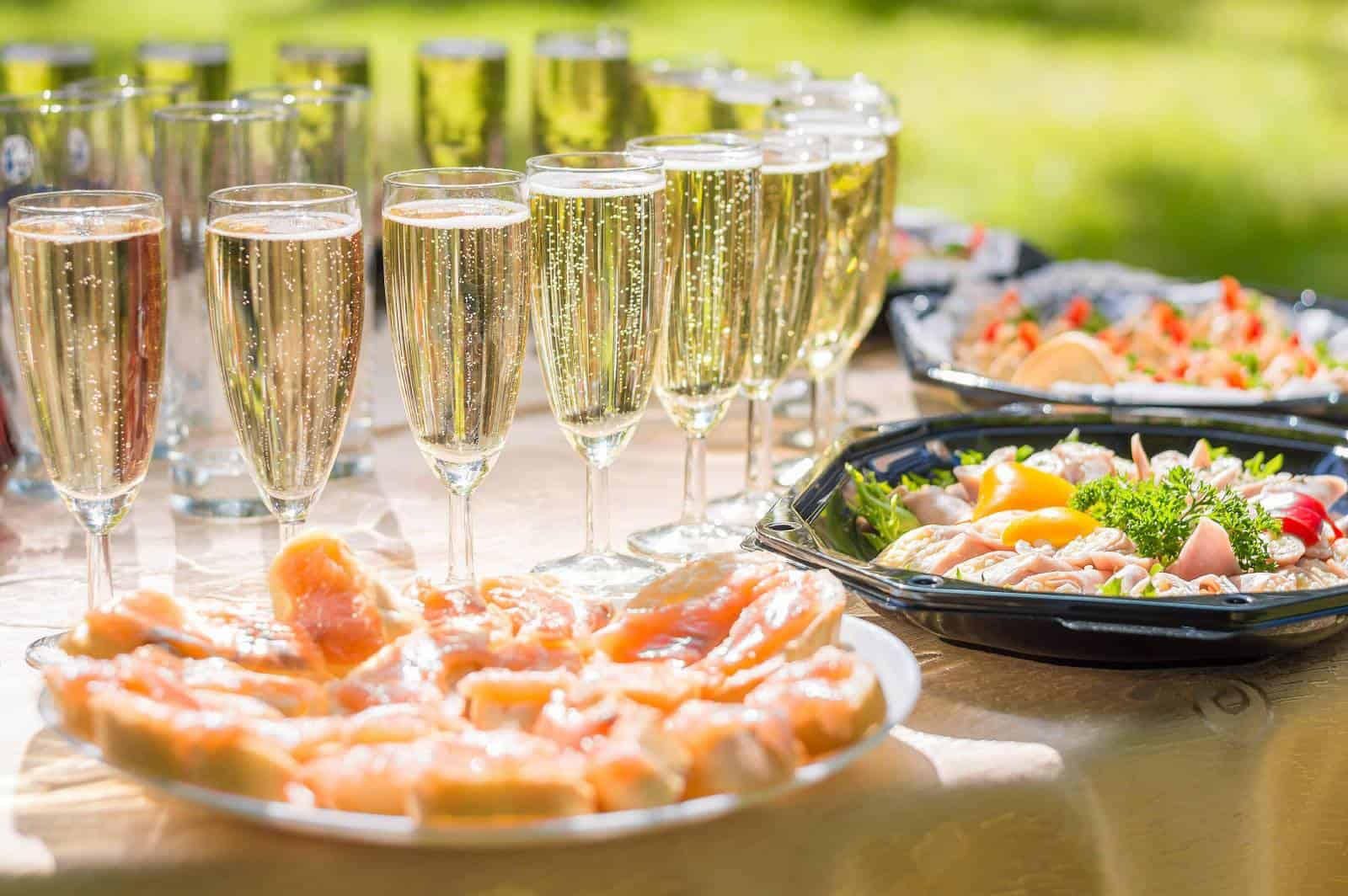 Champagner und Essen auf dem Tisch