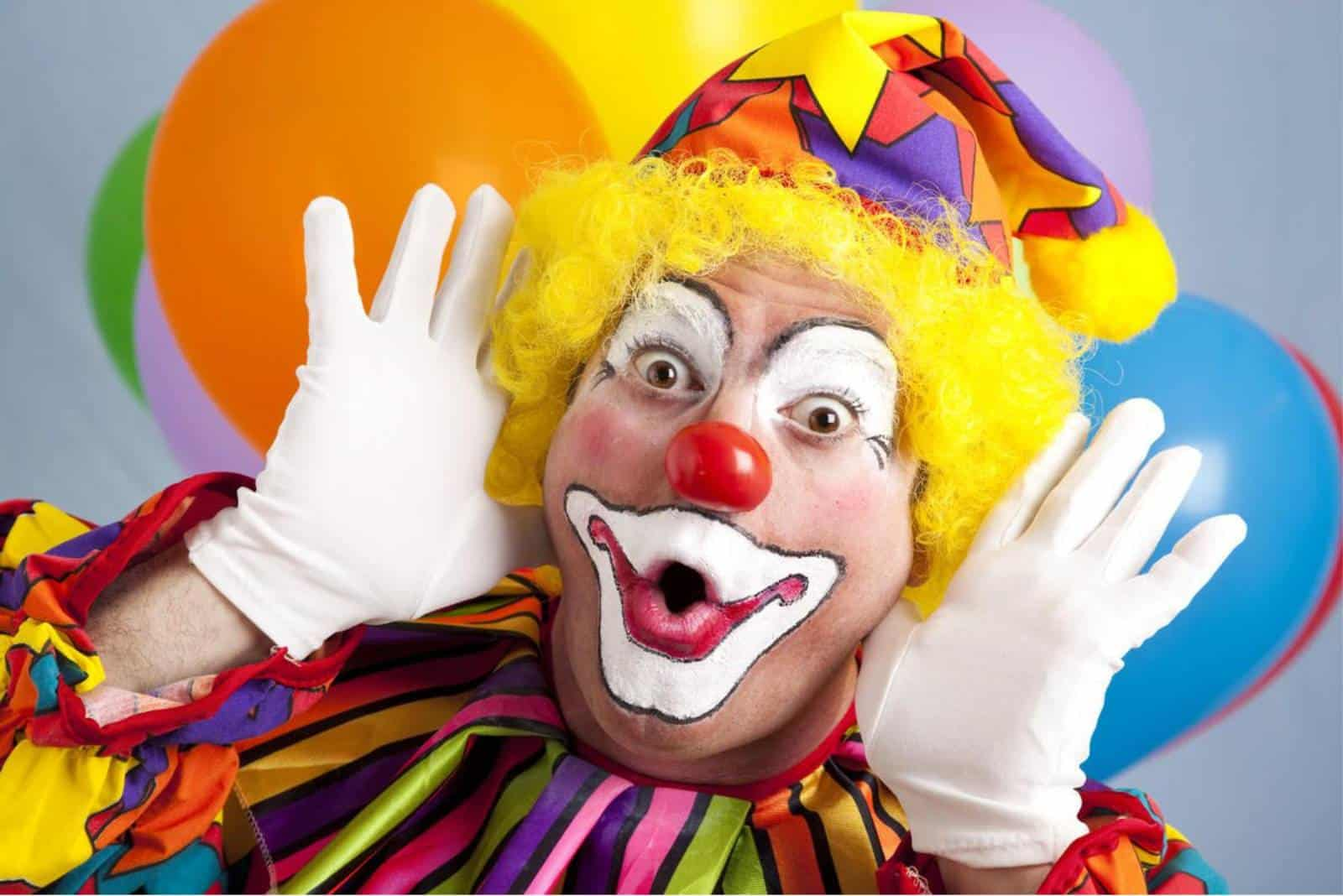 Clown macht lustige Gesichter
