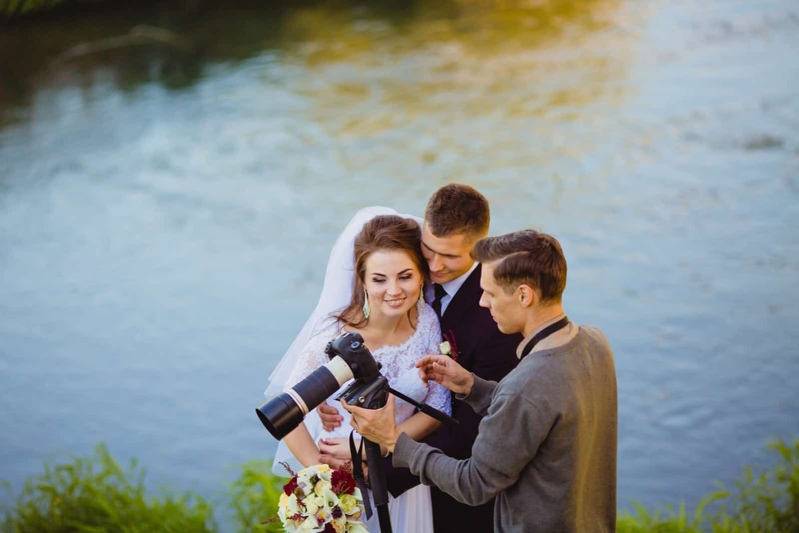 Der Fotograf, der Braut und Bräutigam zeigt, hatte gerade Fotos gemacht