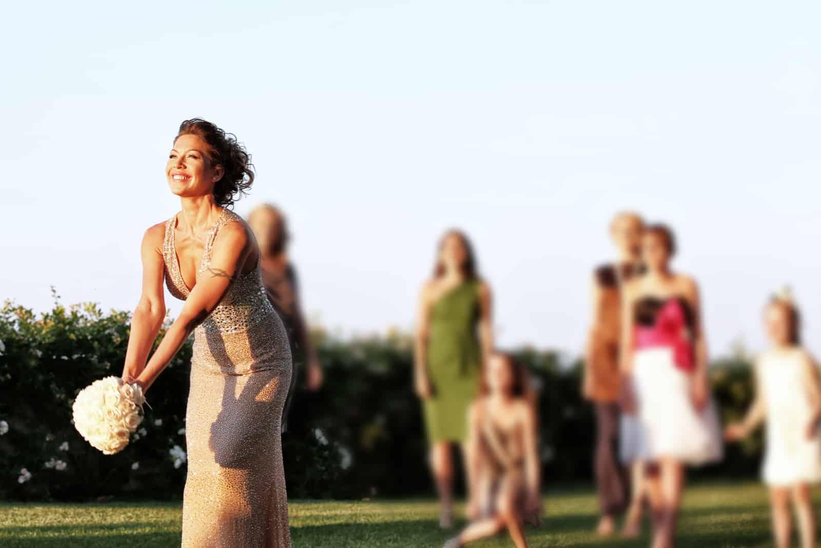 Die Braut ist bereit, ihren Hochzeitsstrauß wegzuwerfen