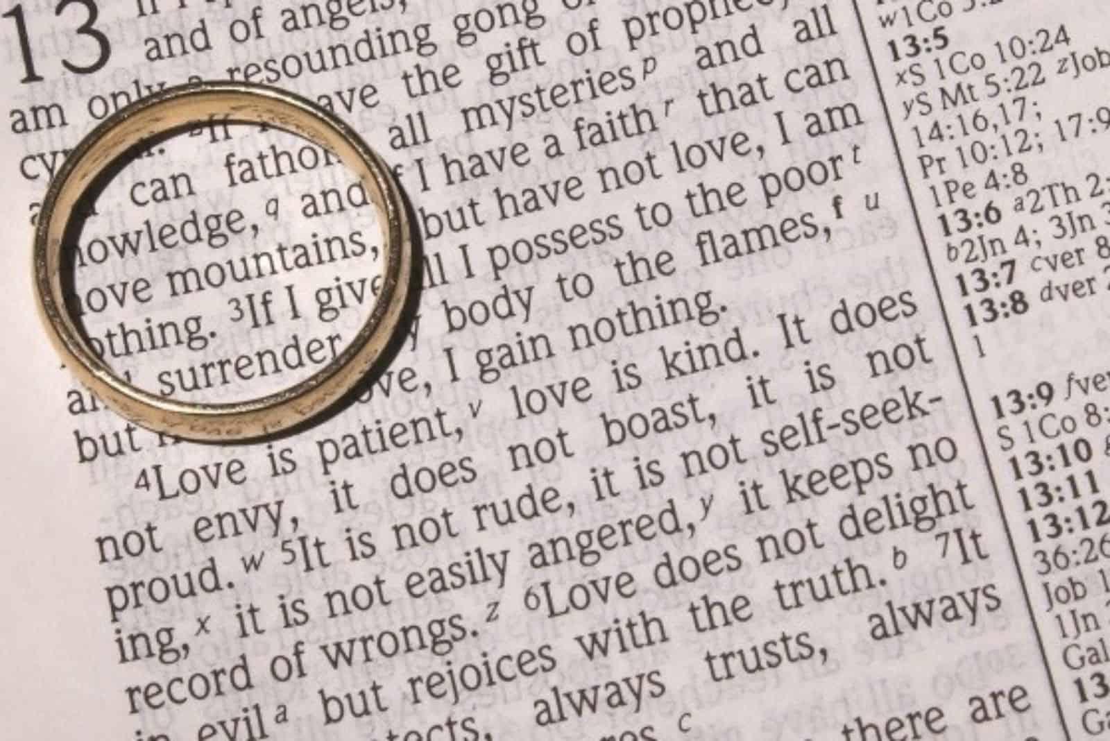Eheringe auf Bibel (1)