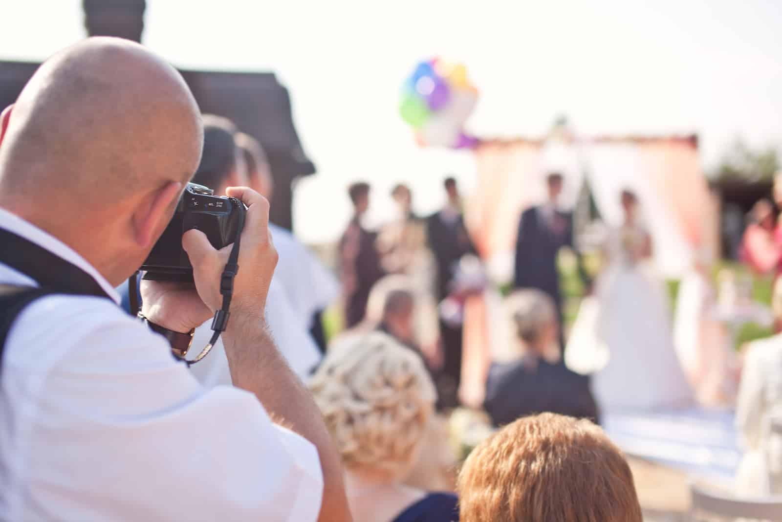 Fotograf, der eine Hochzeitszeremonie fotografiert