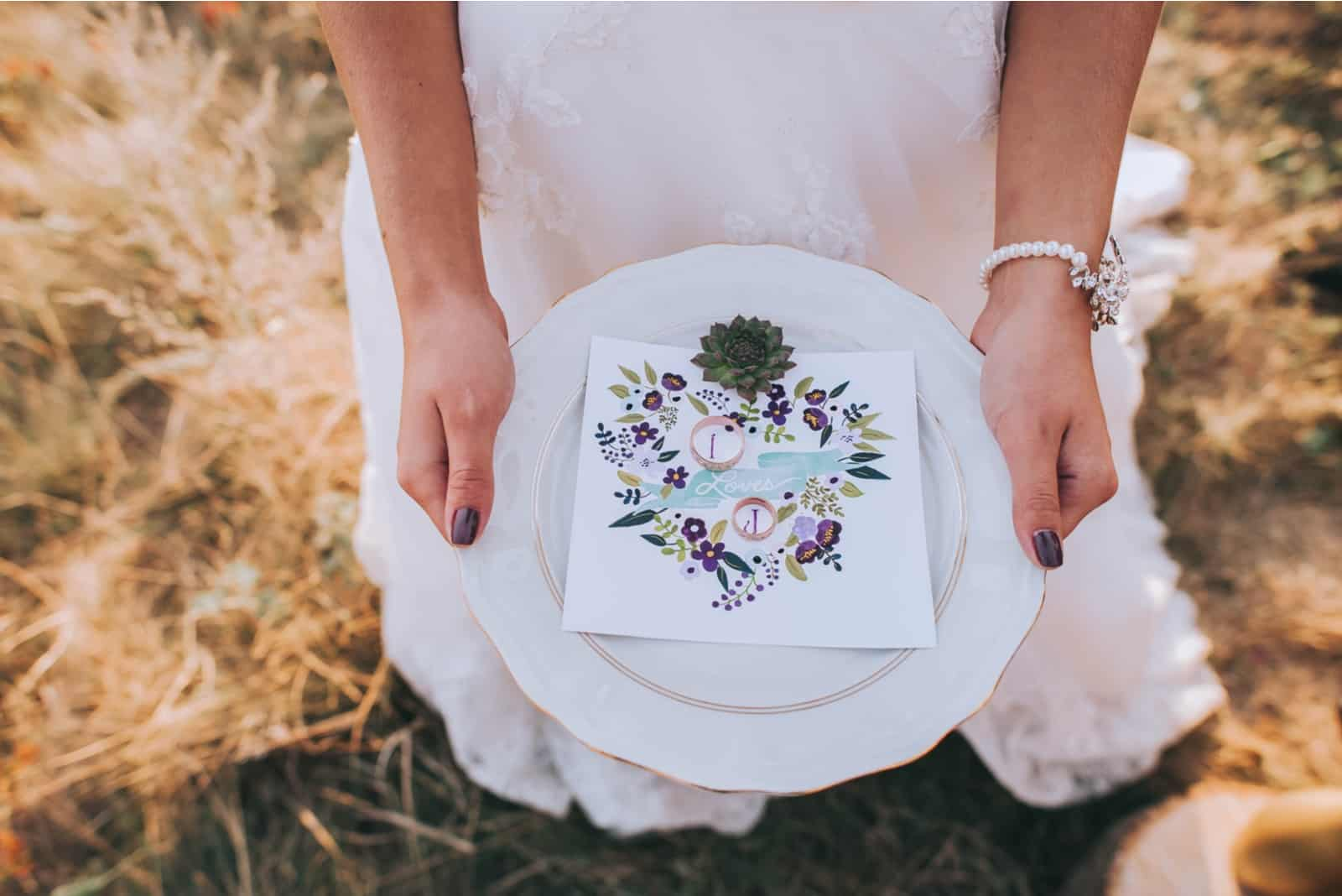 Frau, die Hochzeitsteller hält