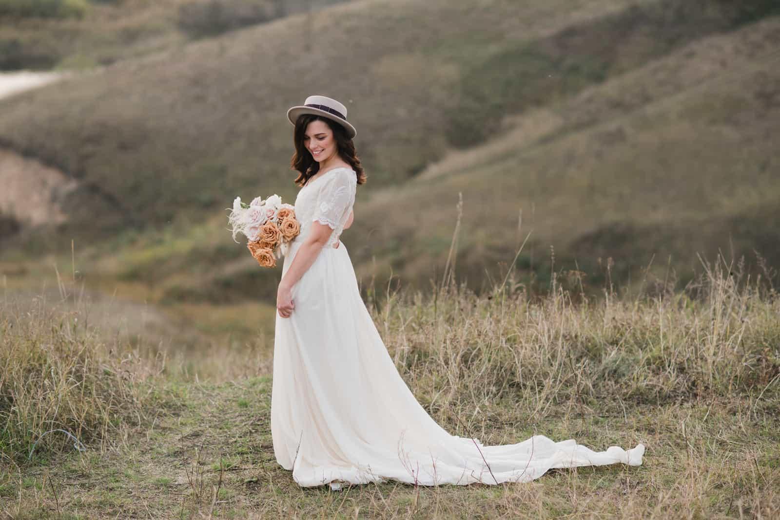 Frau im Hochzeitskleid und einem Hut