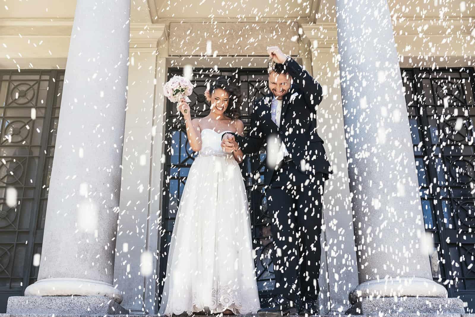 Frisch verheiratetes Paar, das die Kirche verlässt.