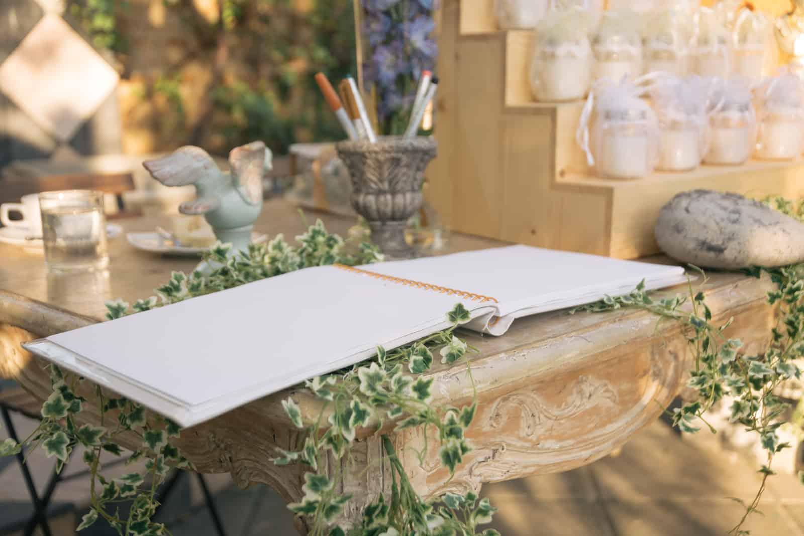 Gästebuch auf dem Tisch bei der Hochzeit