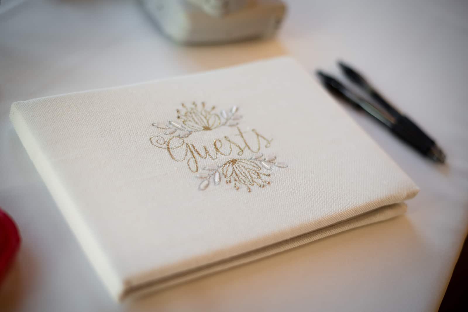 Gästebuch für den Hochzeitstag, damit die Gäste den Hochzeitstag des Paares unterschreiben können