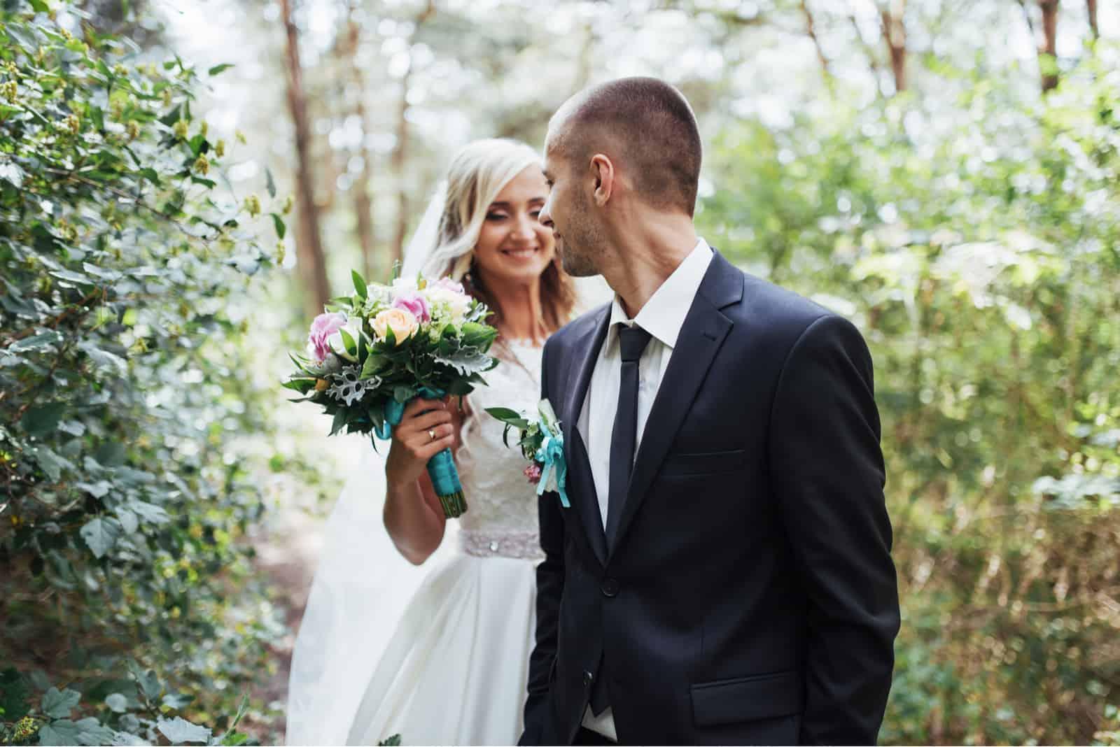 Glückliches junges Paar posieren