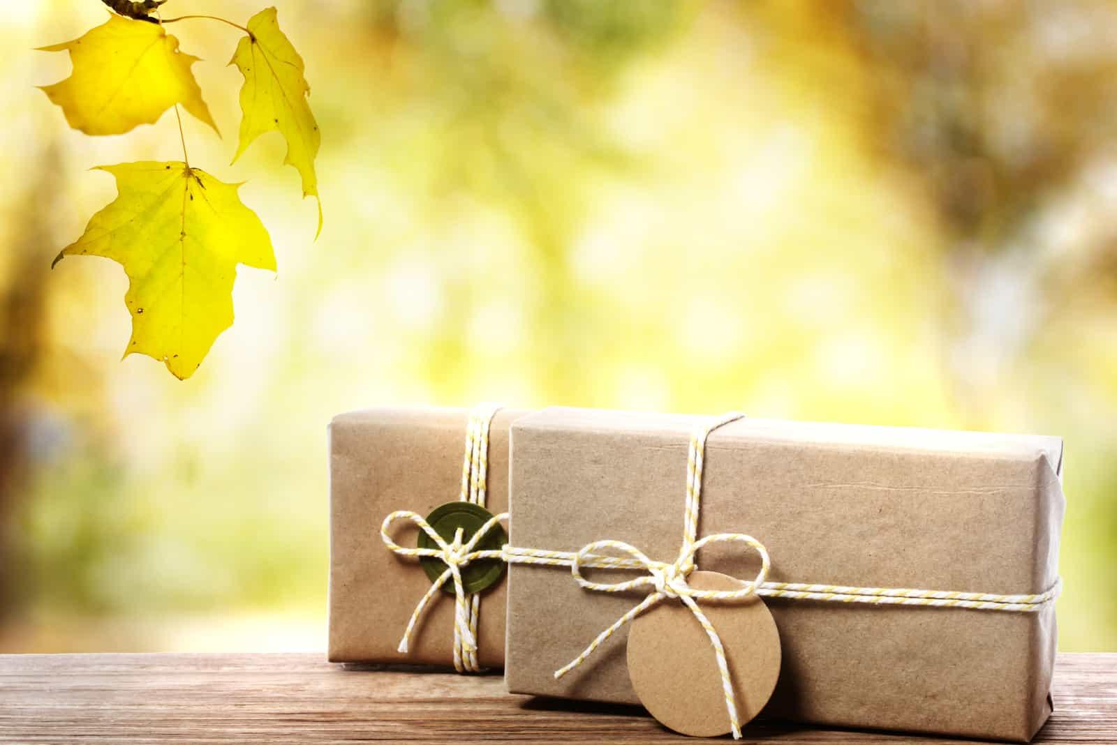 Handgefertigte Geschenkboxen auf alten Holzbrettern