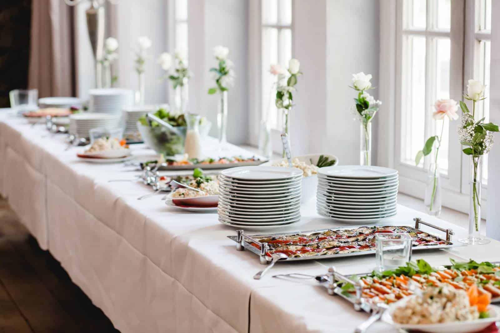 Hochzeitsessen auf dem Tisch innen