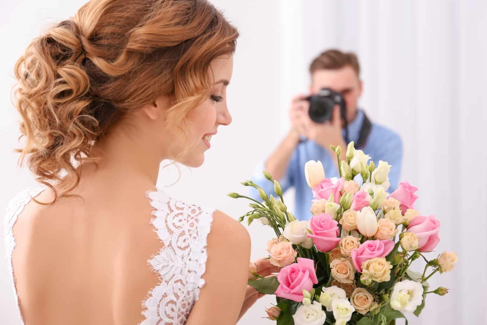 Hochzeitsfotograf, der Foto der schönen Braut macht