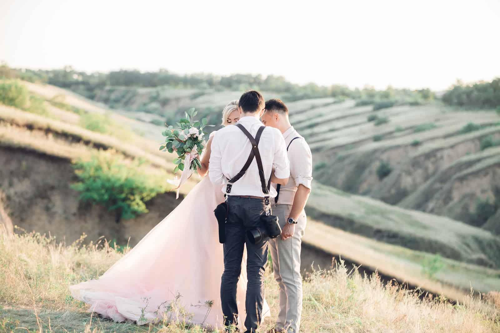 Hochzeitsfotograf fotografiert Braut und Bräutigam in der Natur (1)
