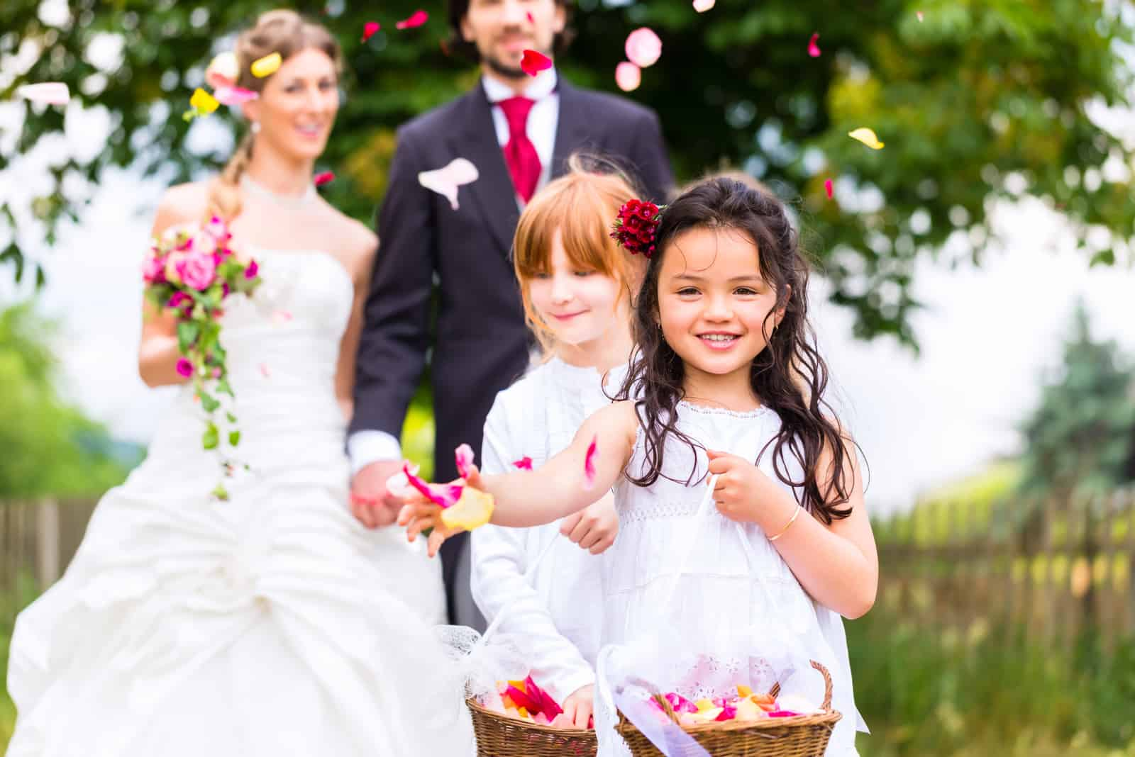 Hochzeitspaar Braut und Bräutigam mit Blumenkindern