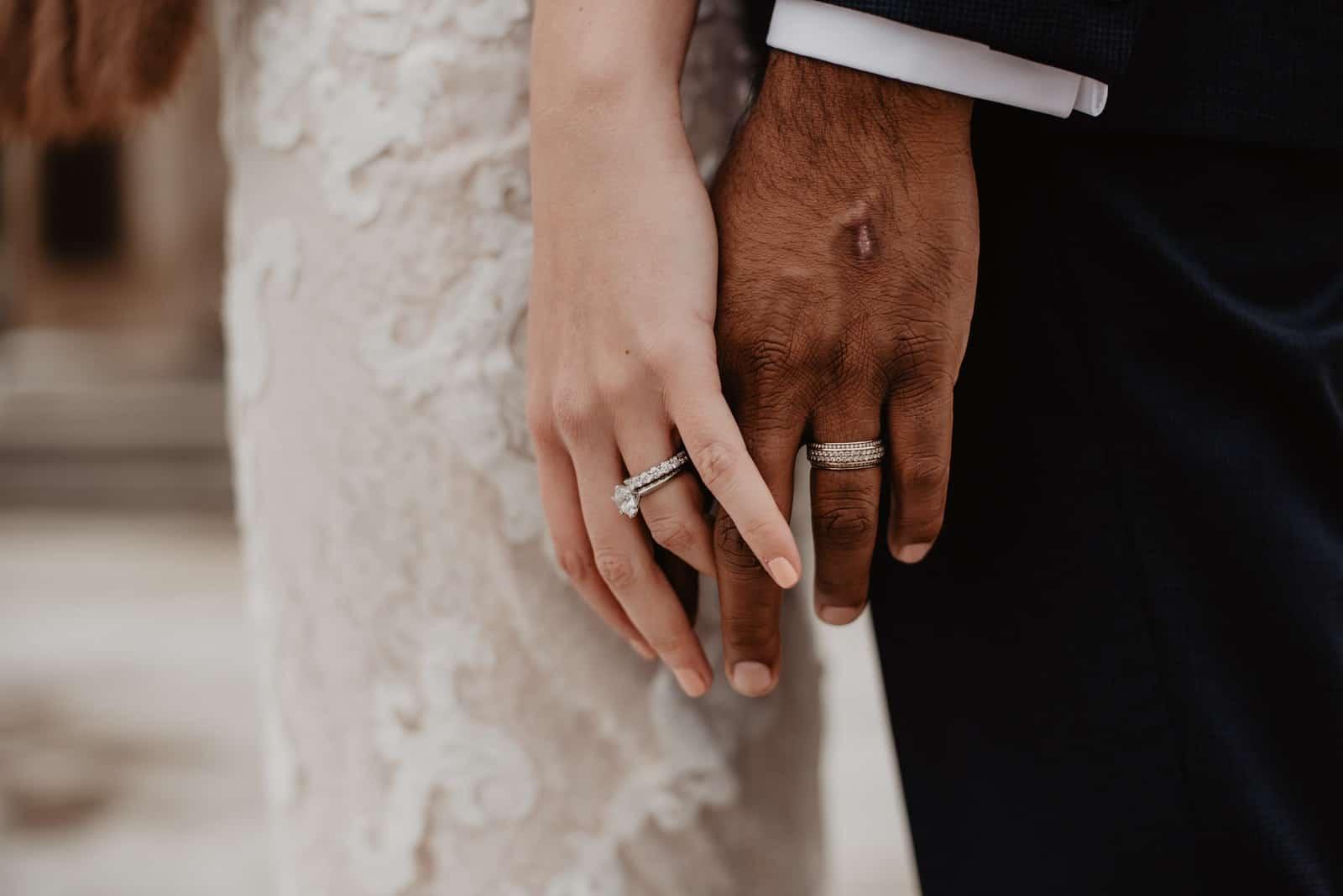 Hochzeitspaar, das sich gegenseitig die Hand hält