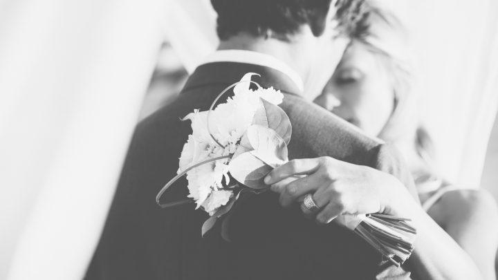 Schöne Braut und Bräutigam Umarmung