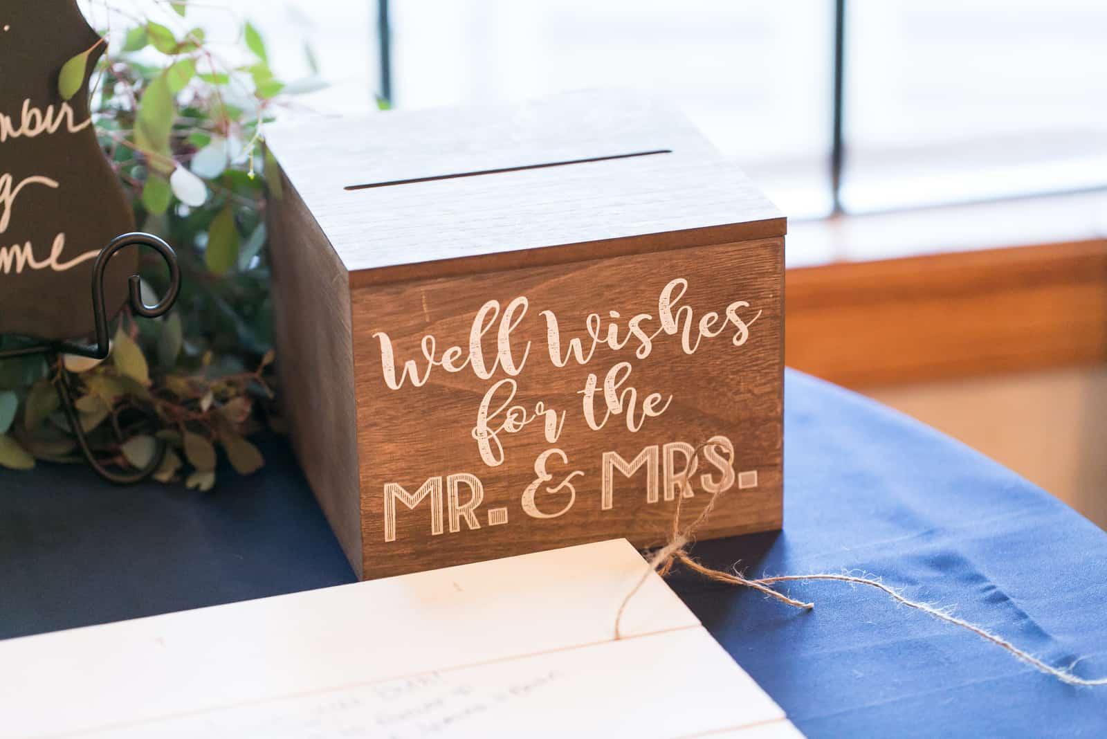 Holzkiste für Karten bei Hochzeitsfeier