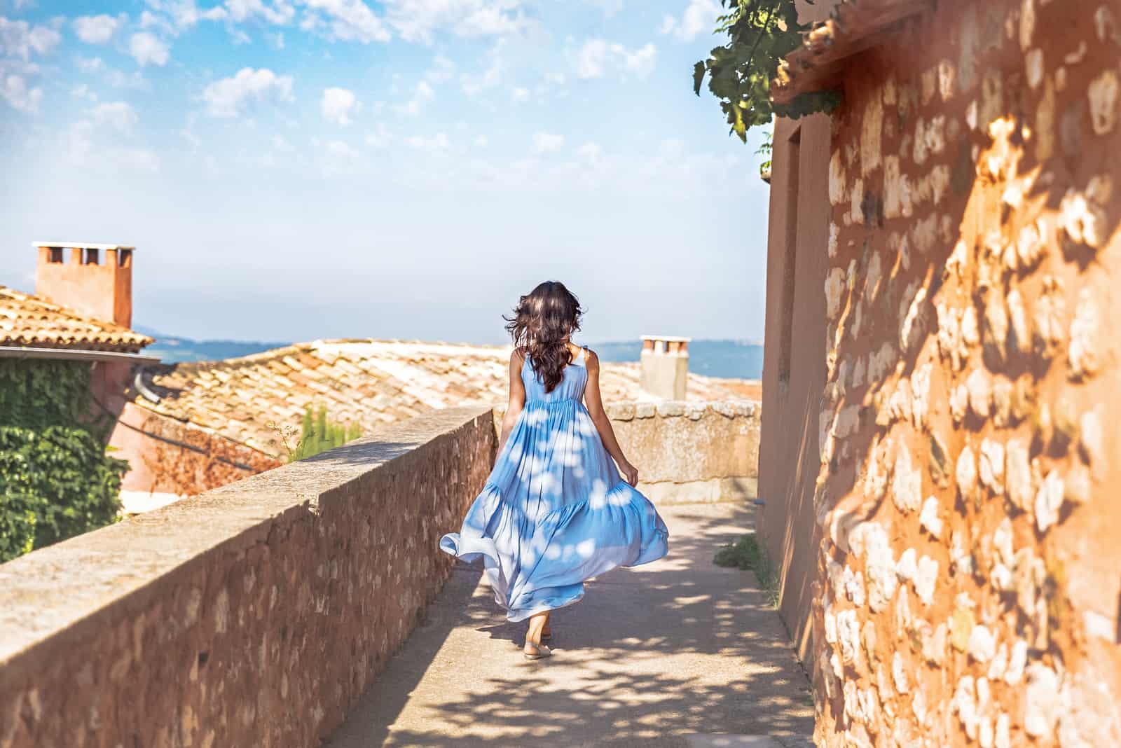 Hübsche junge Frau im blauen Kleid