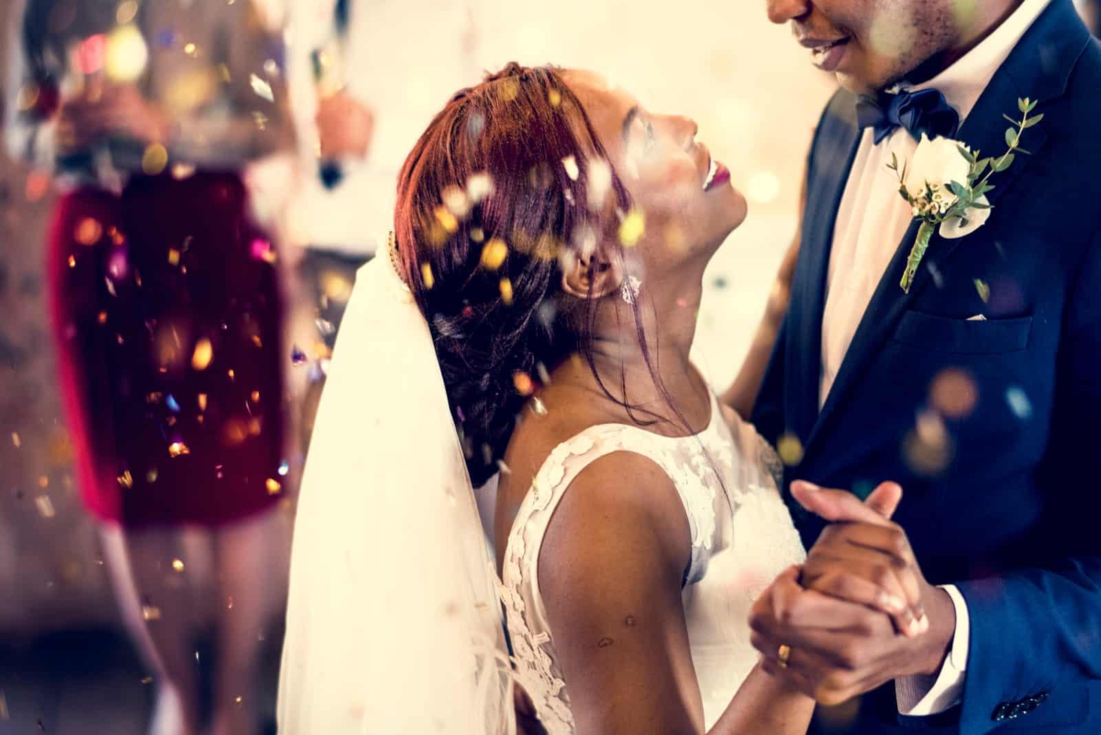 Jungvermählte afrikanische Abstammung Paar tanzen Hochzeitsfeier