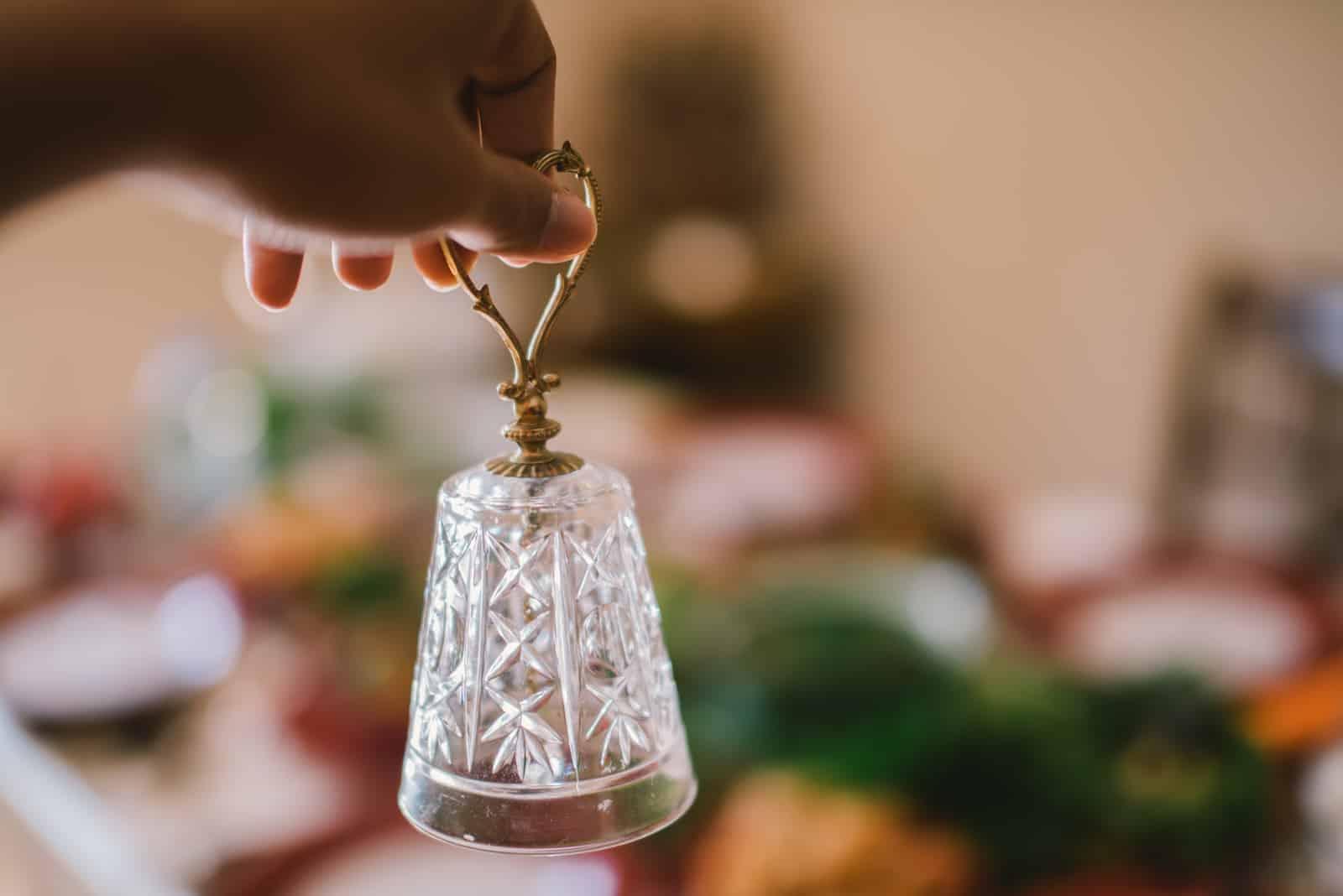 Kleine Glocke auf dem Tisch