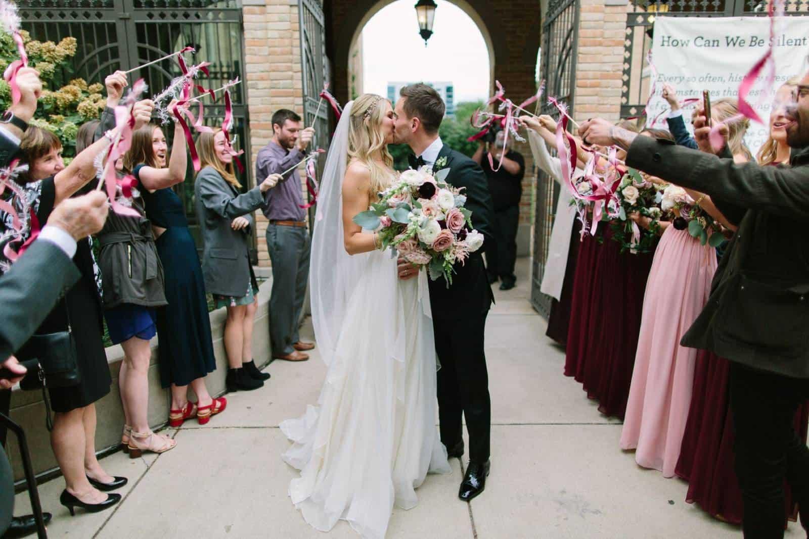 Leute, die Hochzeitsstäbe in der Kirche winken